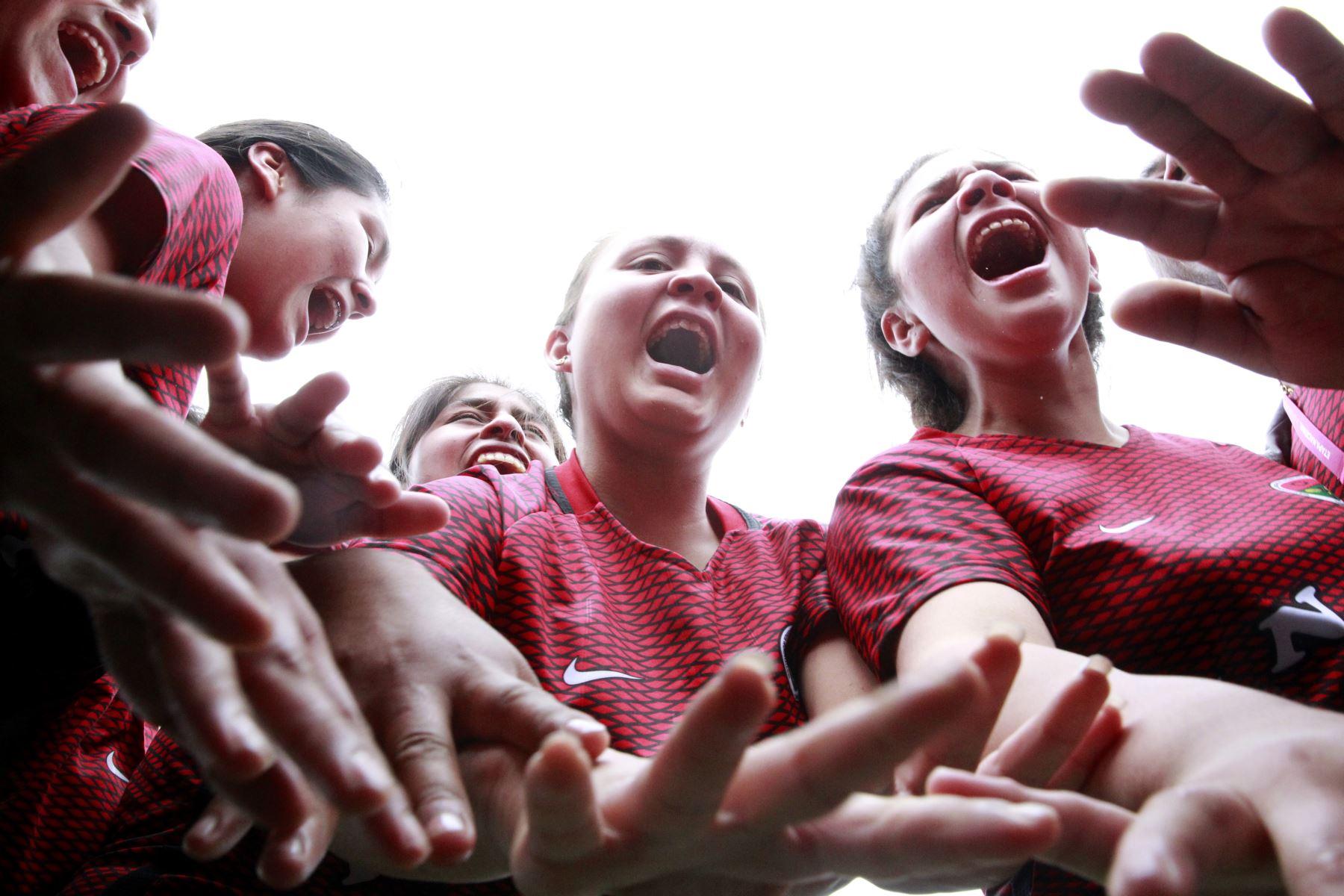 Arengas las jugadoras del colegio Huaral al termino del partido contra Manuel Scorza de San Martín en el marco de los Juegos Deportivos Escolares Nacionales sede Bartolomé Herrera.   Foto: Andina/Juan Carlos Guzman Negrini