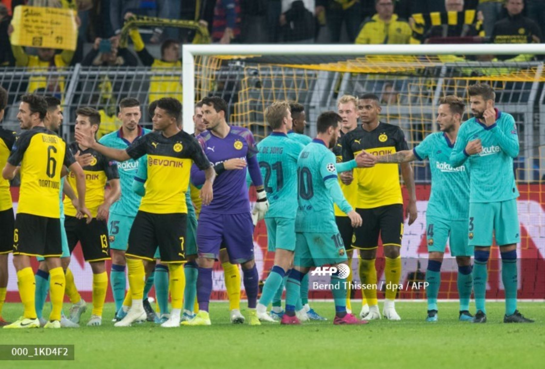 Los jugadores se dan la mano después del partido de fútbol del Grupo F de la UEFA Champions League Borussia Dortmund v FC Barcelona en Dortmund, Alemania. Foto: AFP
