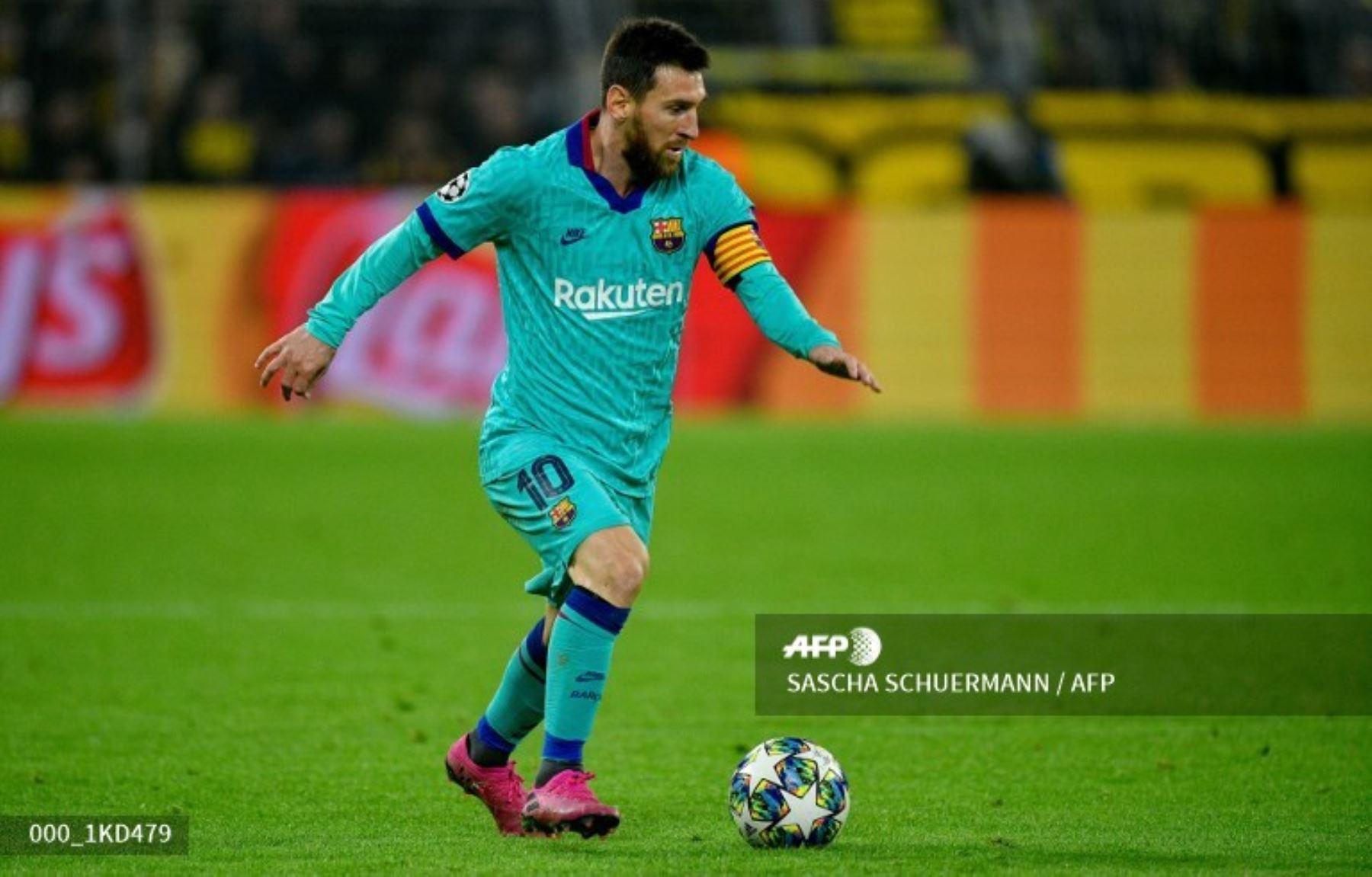 El delantero argentino de Barcelona Lionel Messi juega el balón durante el partido de fútbol del Grupo F de la UEFA Champions League Borussia Dortmund v FC Barcelona en Alemania. Foto:AFP