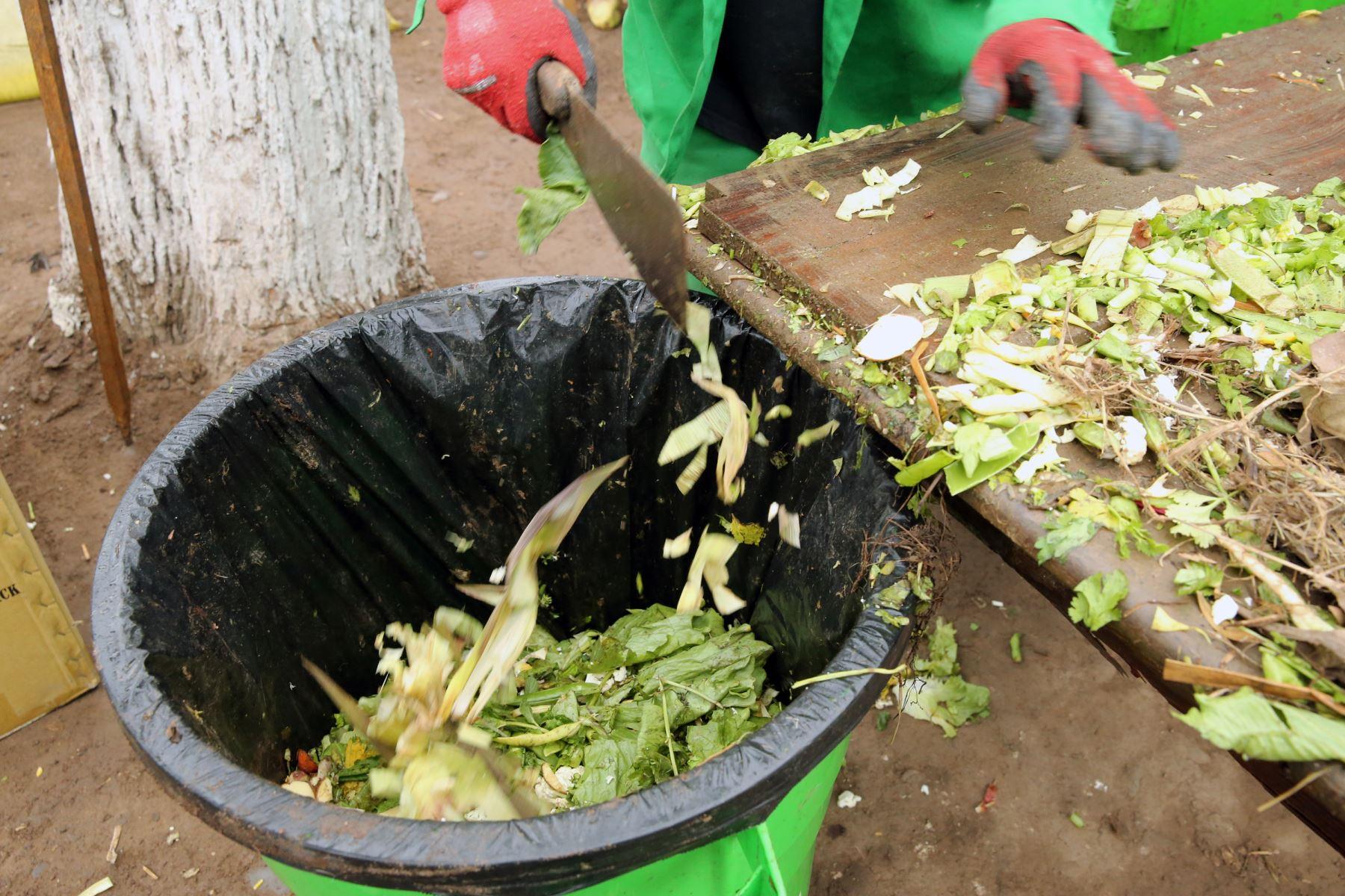 La ministra  del Ambiente , Lucía  Ruíz y el alcalde   de Breña , José Li Bravo,presentan  el modelo de gestión municipal  en residuos sólidos.Foto: ANDINA/Norman Córdova
