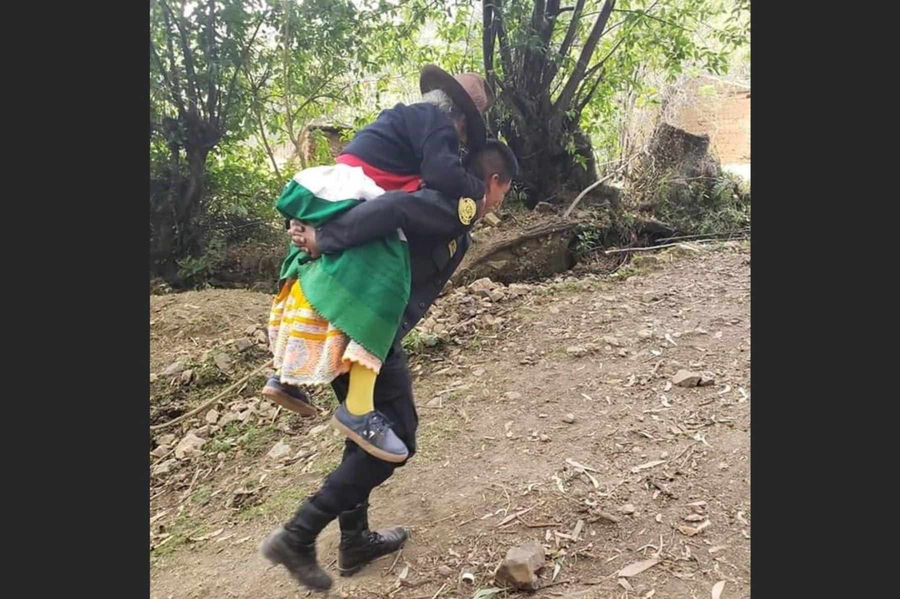 Dos policías cargaron a una anciana enferma para que reciba atención médica en Huaraz, Áncash.