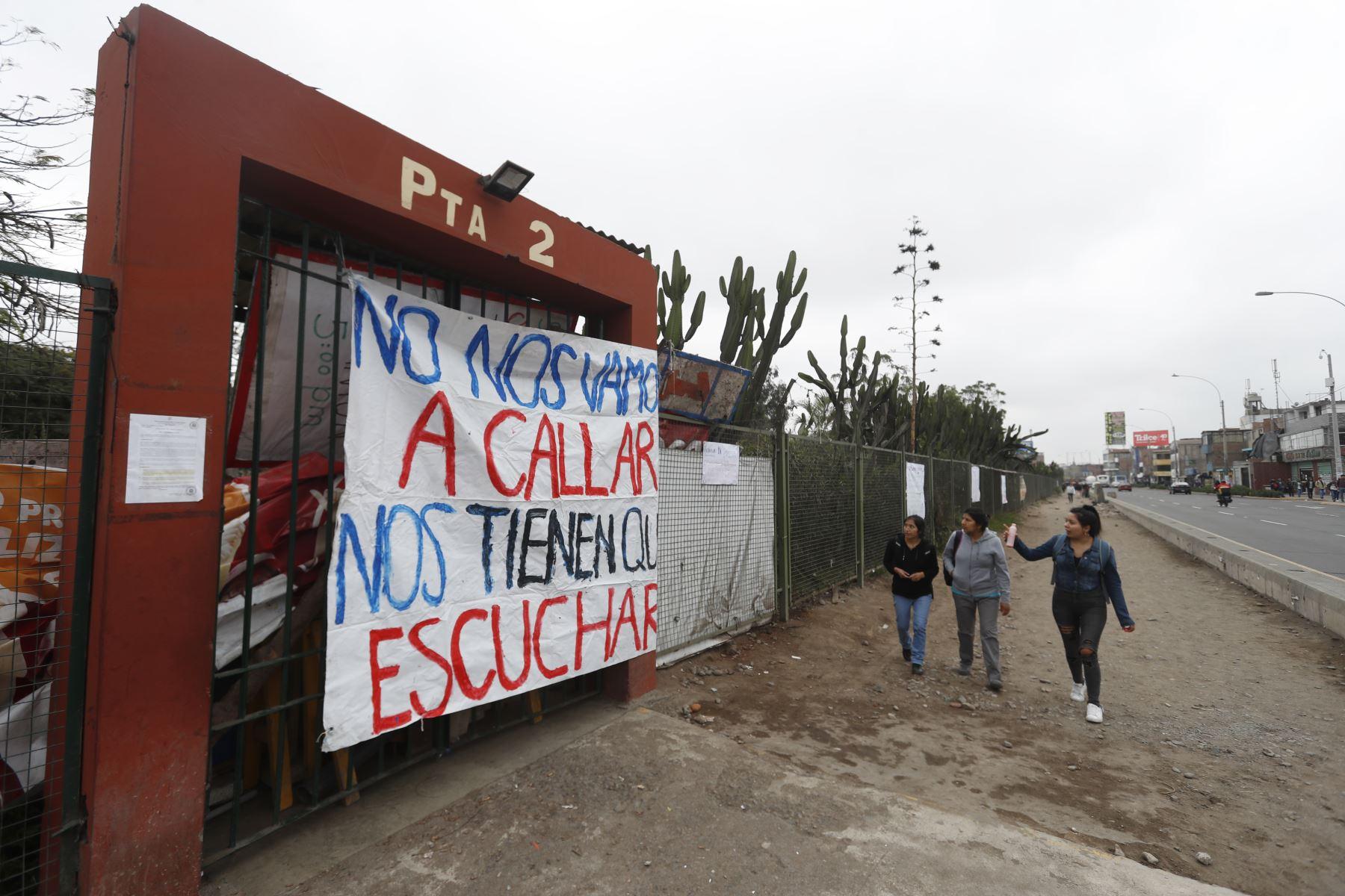 Estudiantes de la universidad San Marcos, bloquean las principales calles  cerca a la ciudad universitaria en protesta contra la construcción del bypass