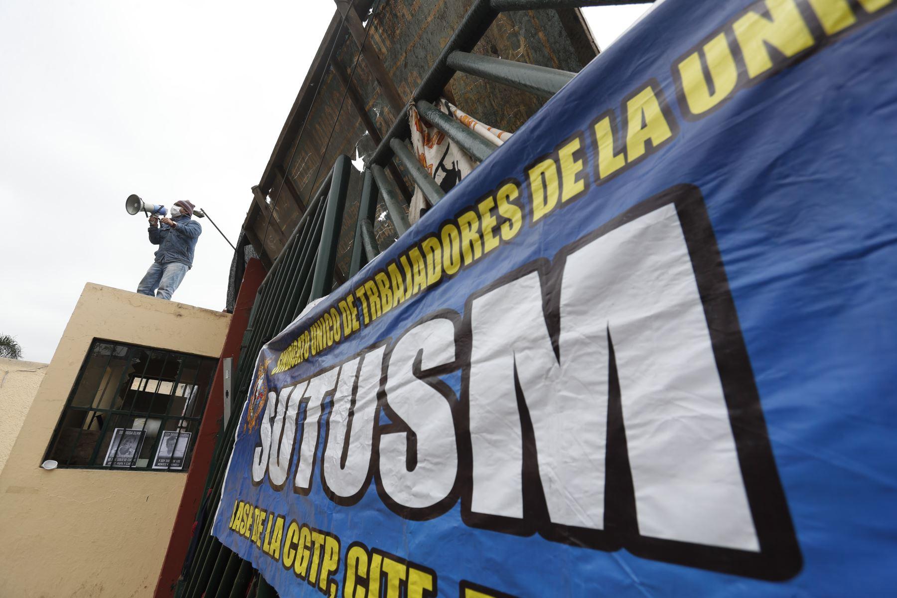 Estudiantes de la universidad San Marcos, hacen guardia en la puerta principal de la ciudad universitaria  en protesta contra la construcción del bypass. Foto: ANDINA/ Renato Pajuelo