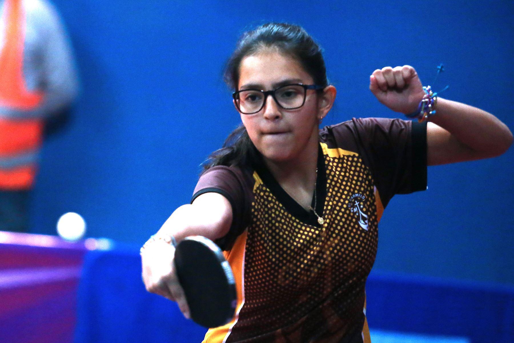 Alejandra Gabriela Medina Nuñez del Colegio Carmelo de La Cusco participa en categoría Tenis de Mesa de los Juegos Escolares 2019. Foto: ANDINA/Vidal Tarqui
