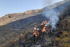 Personal del Ejército del Perú perteneciente a la Compañía de Intervención Rápida para Desastres (CIRD) del Batallón de Infantería Motorizado N°9 de la 5ta Brigada de Montaña de Cusco, viene trabajando desde primeras horas de la mañana en la extinción del incendio forestal que se registra en el distrito Písac, provincia Calca.