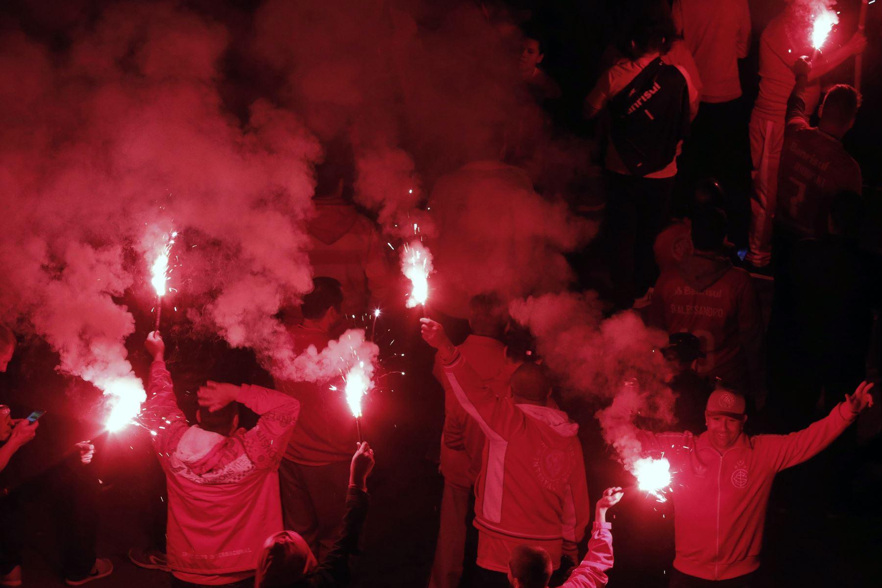Hinchas del Internacional de Brasil alientan a su equipo antes del partido de fútbol por la final de la Copa de Brasil contra el Atletico Paranaense. Foto: AFP