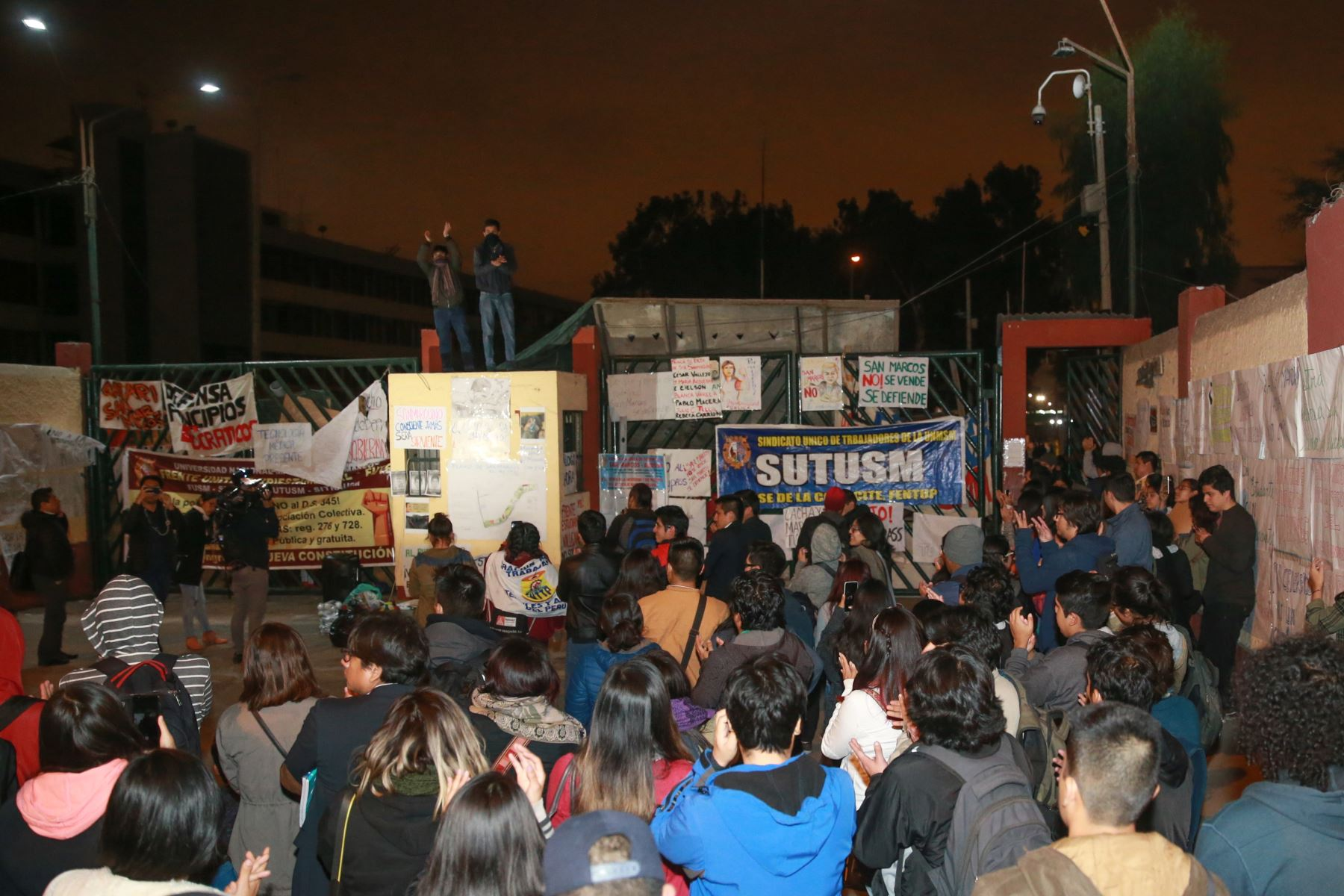 Estudiantes que se oponen a la propuesta del rector Orestes Cachay tomaron el campus de San Marcos. ANDINA/Jhony Laurente.