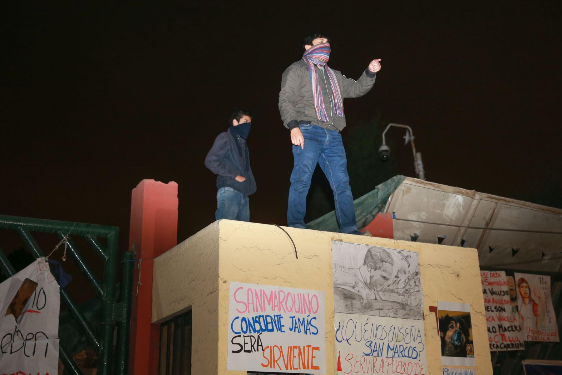 El campus de la Universidad Nacional Mayor de San Marcos (UNMSM) es tomado por estudiantes que se oponen a la cesión de 9,500 metros cuadrados del terreno de esta casa de estudios para culminar las obras de la avenida Universitaria y el bypass de la avenida Venezuela.Foto: ANDINA/Jhony Laurente