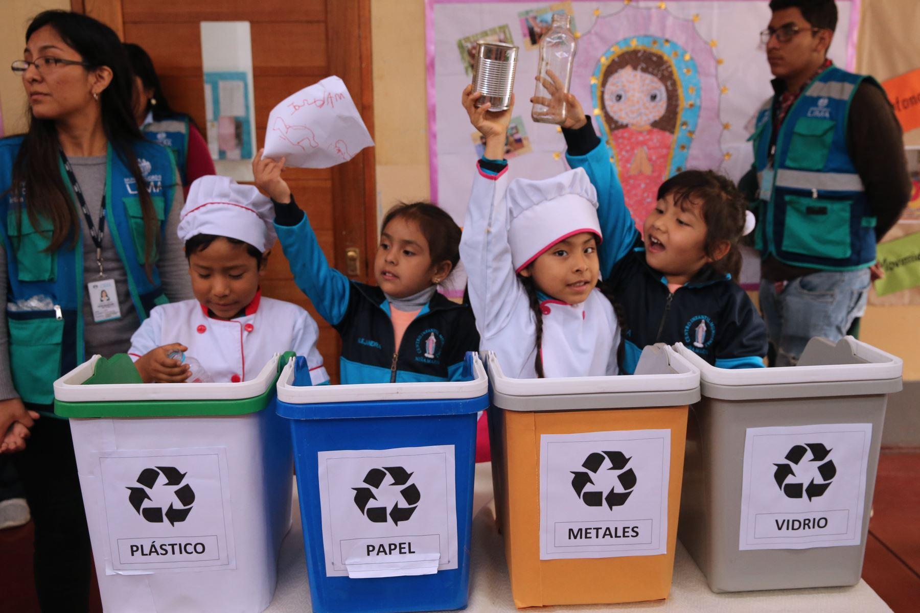 La Municipalidad de Lima anunciará la instalación de ocho estaciones de reciclaje que serán colocadas en distintos puntos estratégicos del Cercado de Lima, las cuales servirán para el acopio, manejo y disposición de los residuos inorgánicos aprovechables como plásticos, metales, vidrios, papeles y cartón.Foto: ANDINA/Norman Córdova