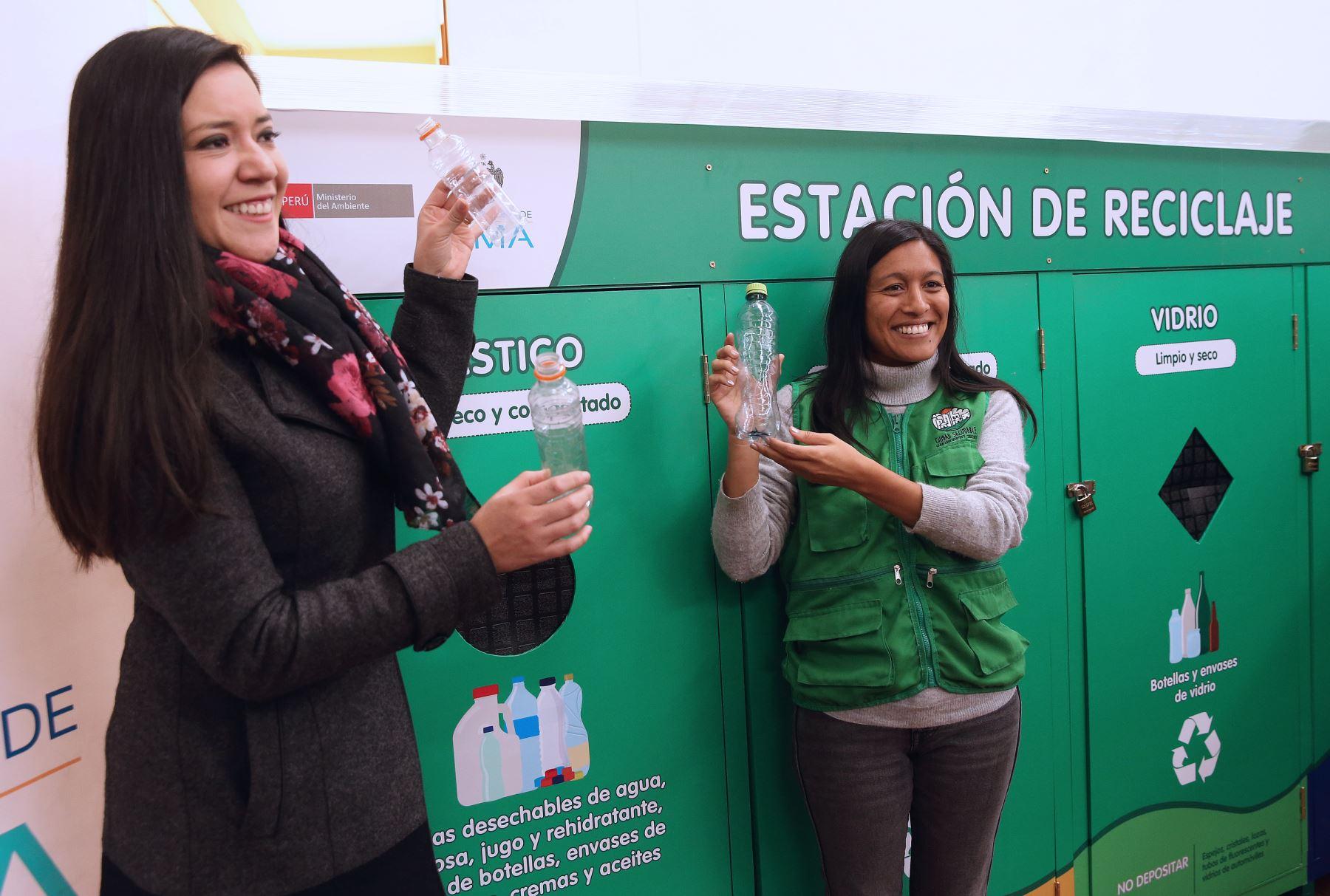 Ximena Giraldo Gerente de Servicios de la Ciudad y Gestión Ambiental de MML y Paloma Roldan ONG ciudad saludable  .Foto: ANDINA/Norman Córdova