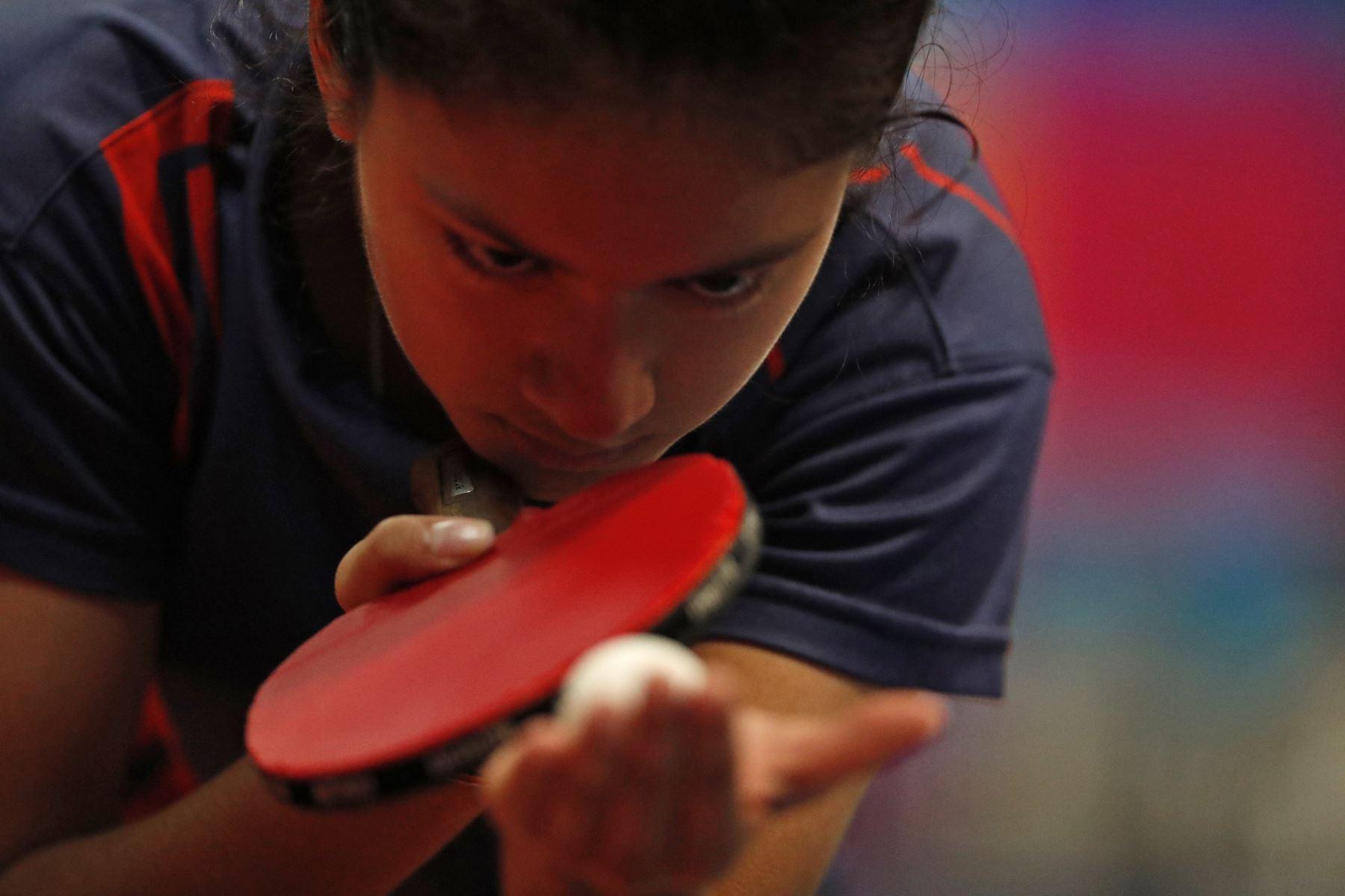 Mariagrazia Latorre Sanchez, medalla de oro durante la Final individual Damas Tenis de Mesa Categoría B por los Juegos Deportivos Escolares Nacionales en el Estadio Nacional. Foto: ANDINA/ Carlos Lezama