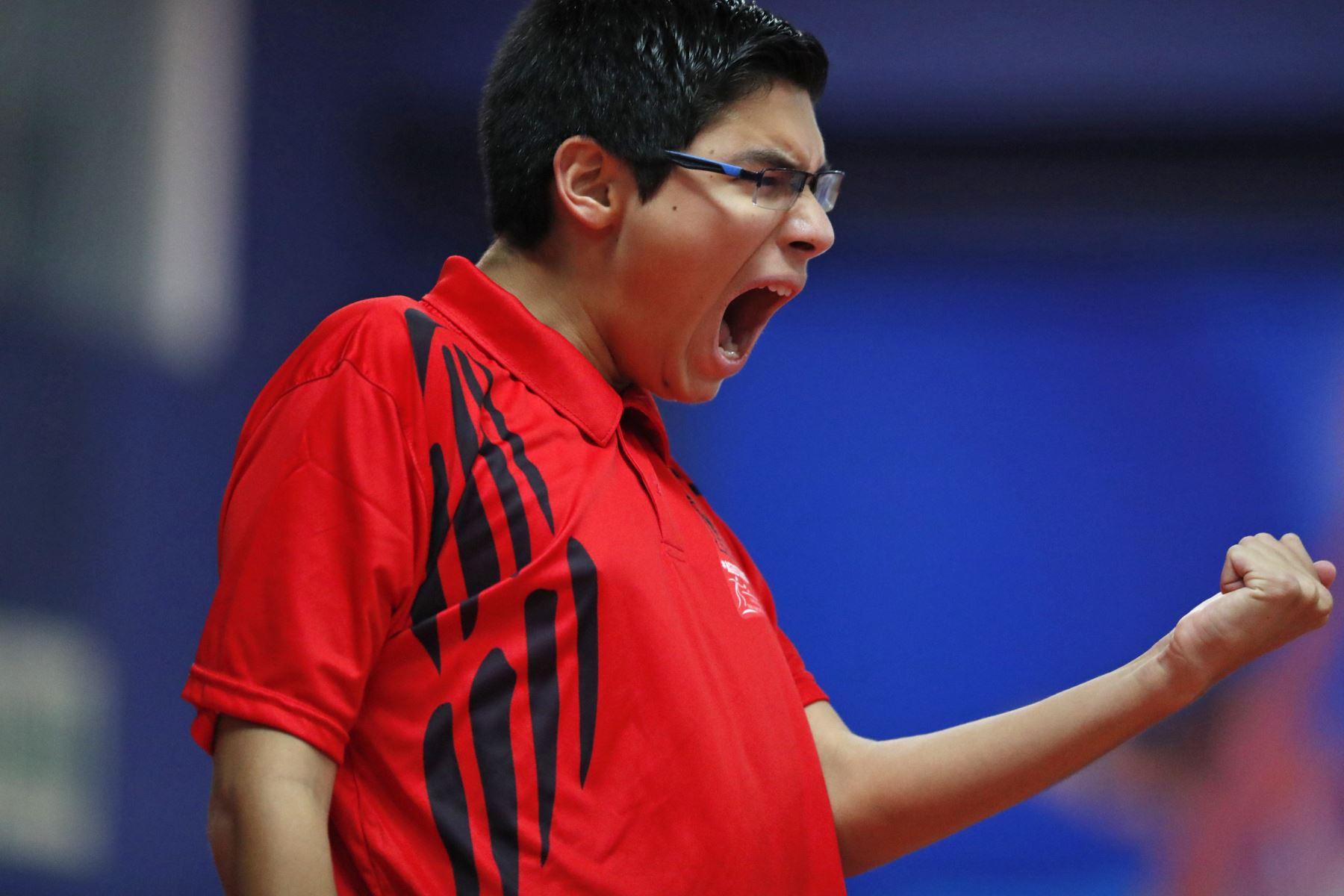 Juan Pablo Luna Núñez medalla de oro, durante la Final individual Varones categoría B Tenis de Mesa por los Juegos Deportivos Escolares Nacionales en el Estadio Nacional. Foto: ANDINA/ Carlos Lezama