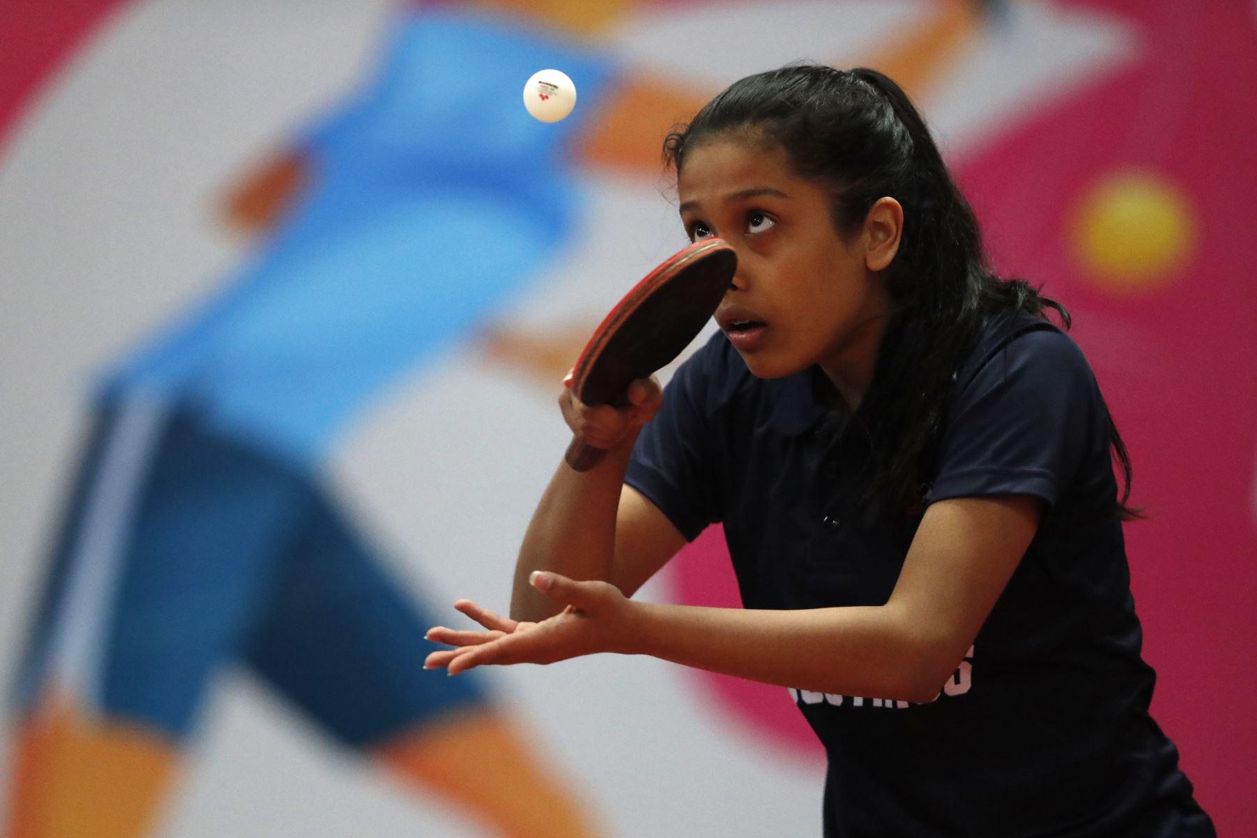 Fernanda Vizcarra Maldonado medalla de plata, durante la Final individual Damas Sub 17 Tenis de Mesa Categoría C por los Juegos Deportivos Escolares Nacionales en el Estadio Nacional. Foto: ANDINA/ Carlos Lezama