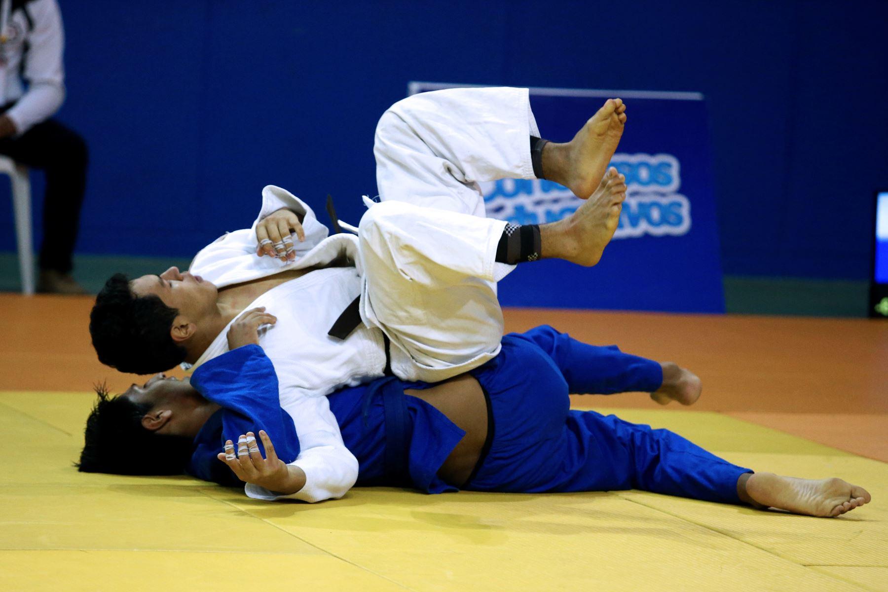 Guillermo Carril Argomedo del Colegio de Brian Aliaga disputa la pelea de Judo con David Quispe Quispe del Colegio de Puno por  los Juegos Deportivos Escolares Nacionales en el Coliseo Manuel Bonilla de Miraflores. Foto: ANDINA/Vidal Tarqui