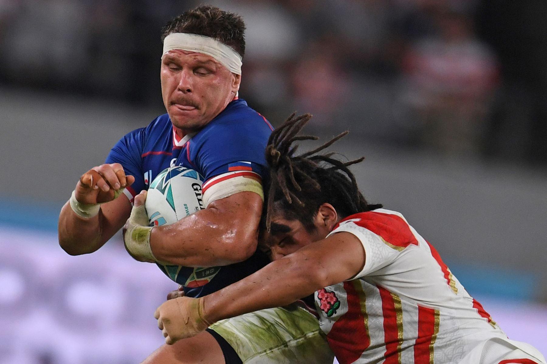 El centro de Rusia, Dmitry Gerasimov, es abordado por el japones Shota Horie durante el partido del Grupo A de la Copa Mundial de Rugby de Japón 2019. Foto: AFP