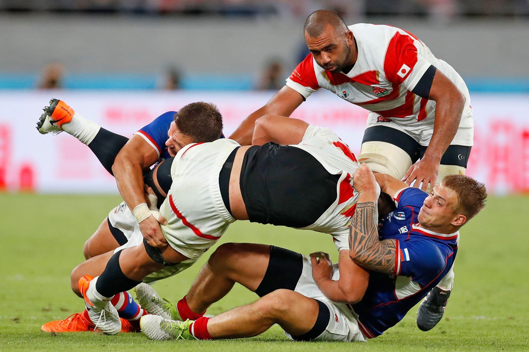 Un jugador de Japón es abordado durante el partido de la Copa Mundial de Rugby entre Japón y Rusia en el Estadio de Tokio. Foto: AFP