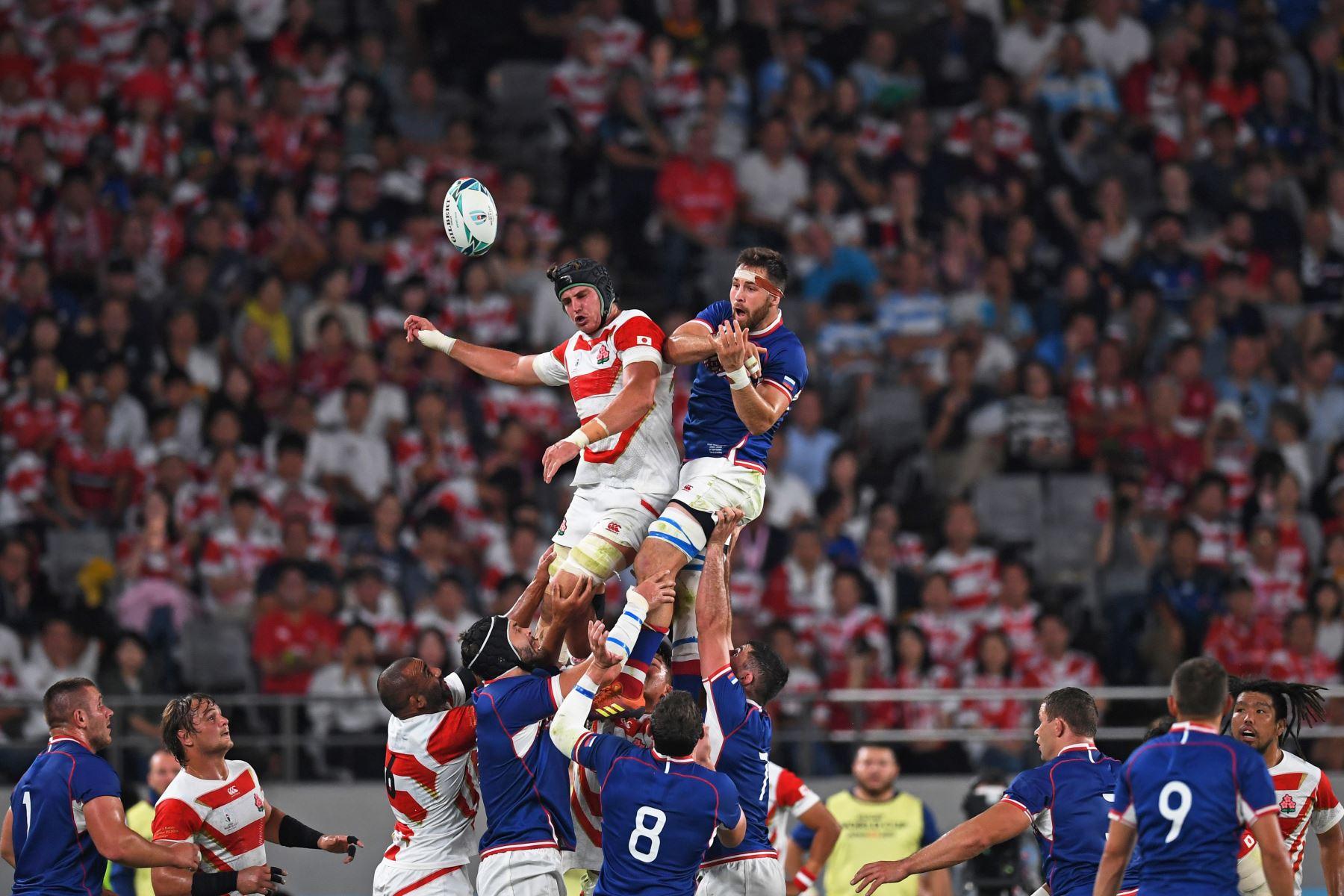 James Moore de Japón  y el flanco de Rusia, Vitaly Zhivatov, saltan por la pelota en línea durante el partido de la Copa Mundial de Rugby entre Japón y Rusia en el Estadio de Tokio. Foto: AFP