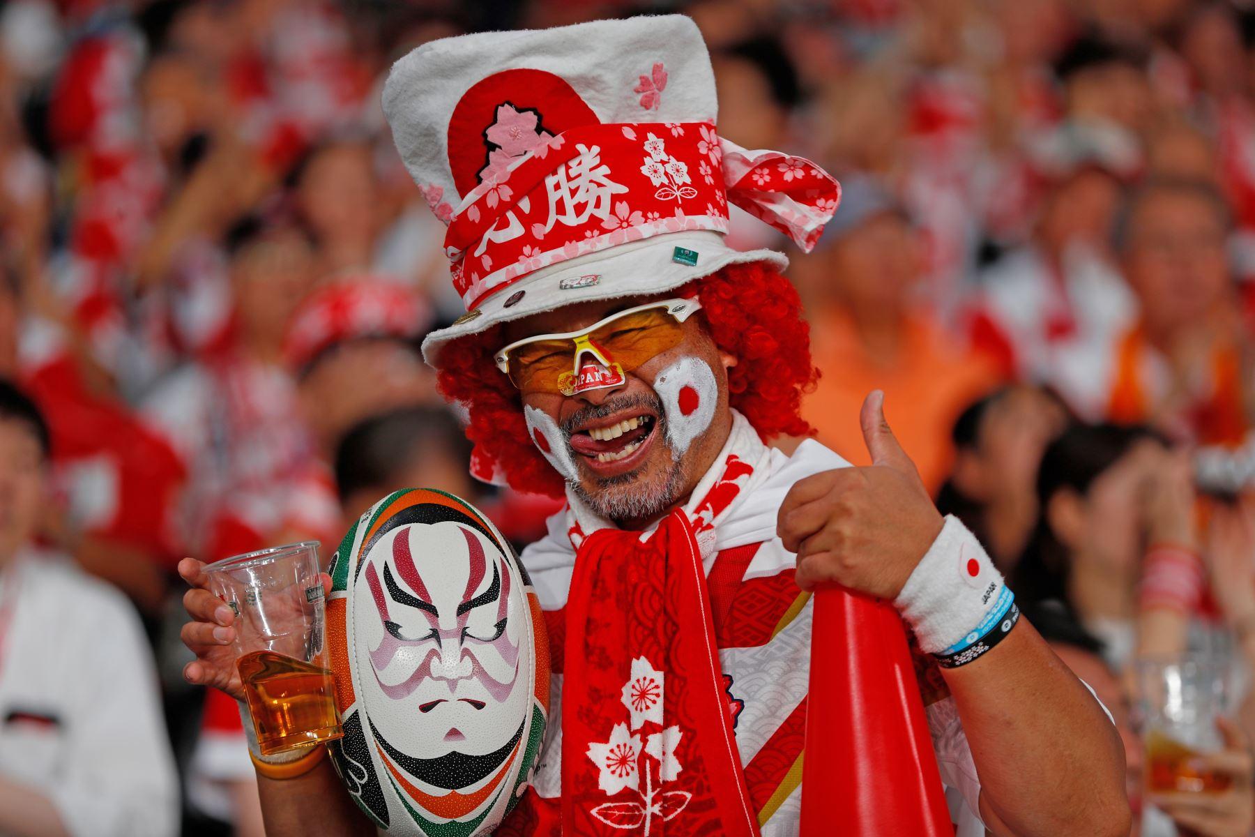 Un fanático de Japón alienta a su equipo durante el partido del Grupo A de la Copa Mundial de Rugby. Foto: AFP