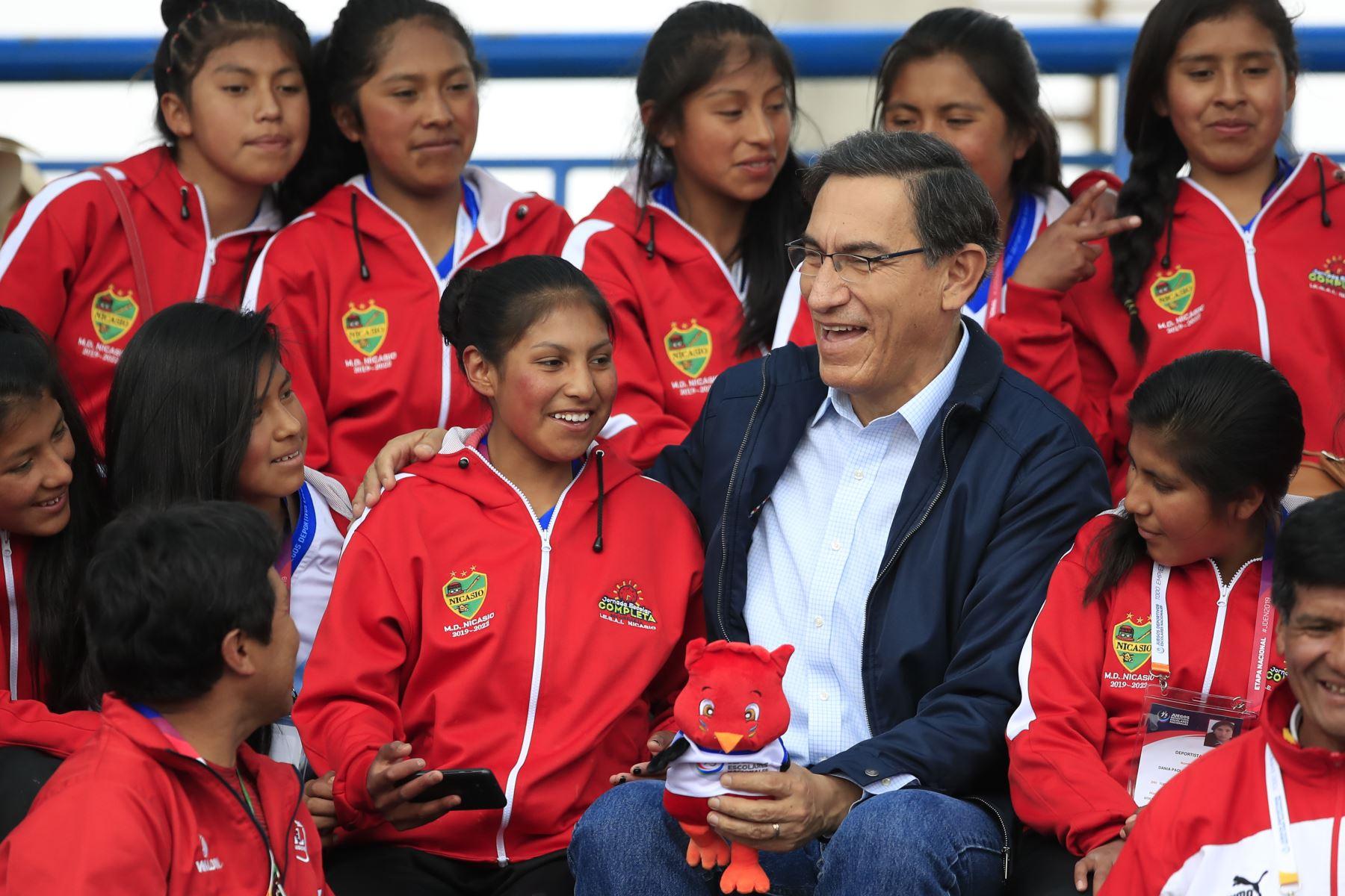 El presidente de la República Martin Vizcarra asiste a la final de fútbol femenino de los Juegos Deportivos Escolares, sede Bartolomé Herrera. Foto: ANDINA/ Juan Carlos Guzmán Negrini