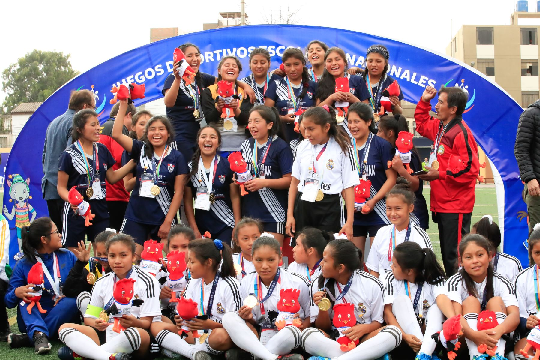 El Presidente de la República Martín Vizcarra premió a las ganadoras del campeonato de fútbol femenino en el marco de los Juegos Deportivos Escolares Nacionales sede Bartolomé Herrera.  Foto: Andina/Juan Carlos Guzmán Negrini