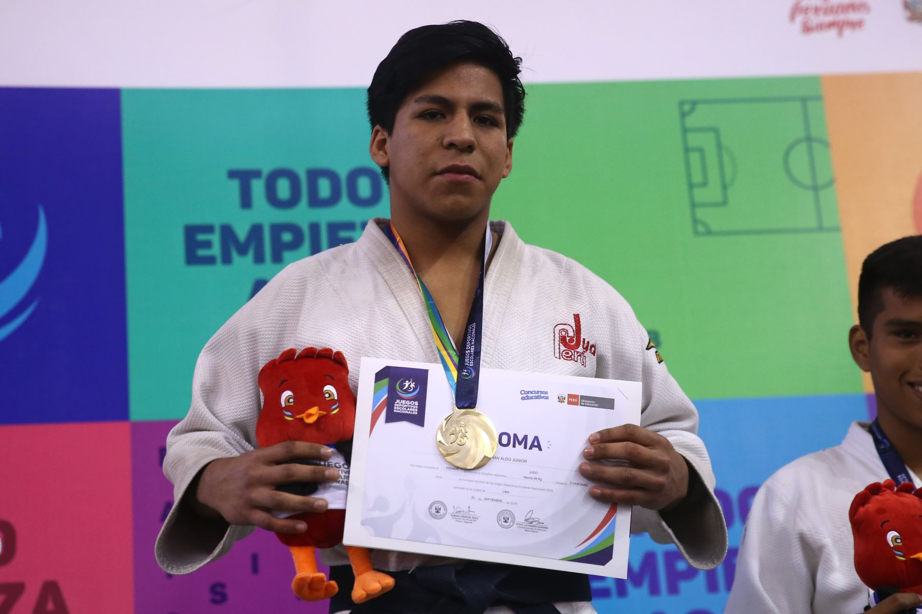 Junior Baltazar Miñan  del Colegio 00440 Hipolito Unanue de Callao medalla de oro, durante la premiación de Judo por  los Juegos Deportivos Escolares Nacionales en Coliseo Manuel Bonilla de  Miraflores. Foto: ANDINA/Vidal Tarqui
