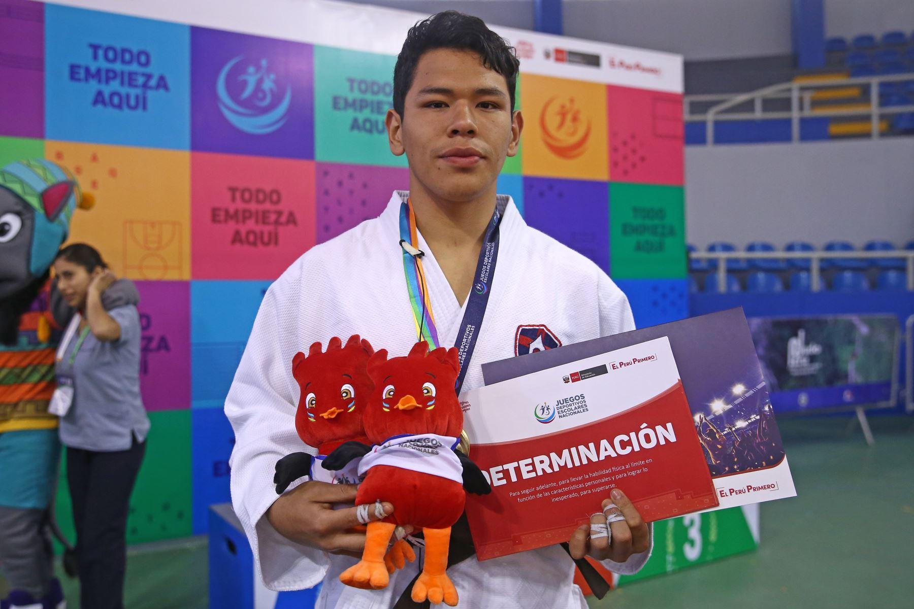 Alejandro Carril Argomero  del Colegio Nuestra señora de Schoensta de la Libertad medalla de oro, durante la premiación de Judo por  los Juegos Deportivos Escolares Nacionales en Coliseo Manuel Bonilla de  Miraflores. Foto: ANDINA/Vidal Tarqui