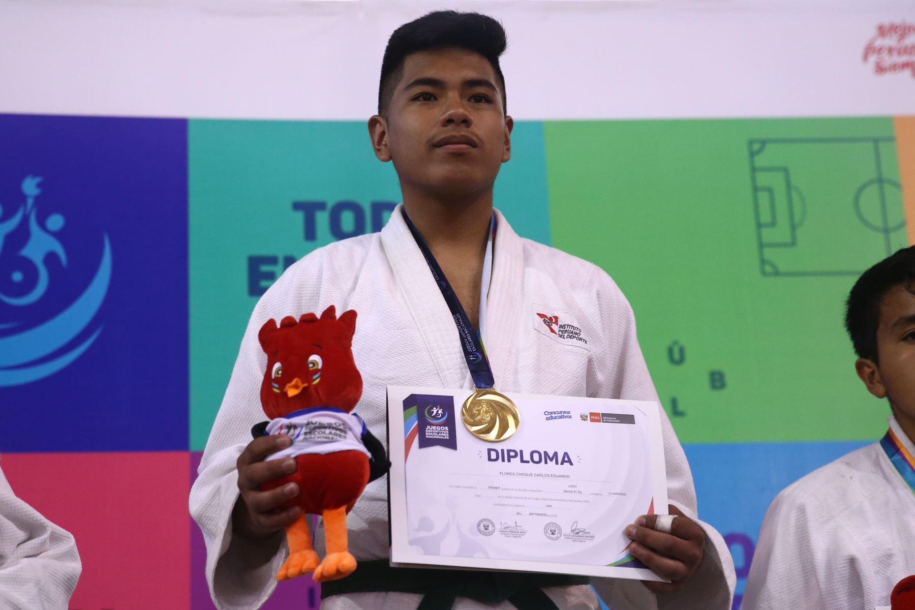 Eduardo Flores Choque del Colegio Glorioso San Carlos de Puno medalla de oro, durante la premiación de Judo por  los Juegos Deportivos Escolares Nacionales en Coliseo Manuel Bonilla de  Miraflores. Foto: ANDINA/Vidal Tarqui