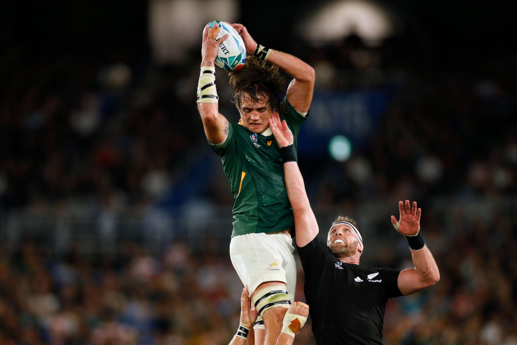 El candado de Sudáfrica Franco Mostert (L) atrapa el balón en un lineout junto al número 8 de Nueva Zelanda Kieran Read durante el partido del Grupo B de la Copa Mundial de Rugby de Japón 2019 entre Nueva Zelanda y Sudáfrica. Foto: AFP
