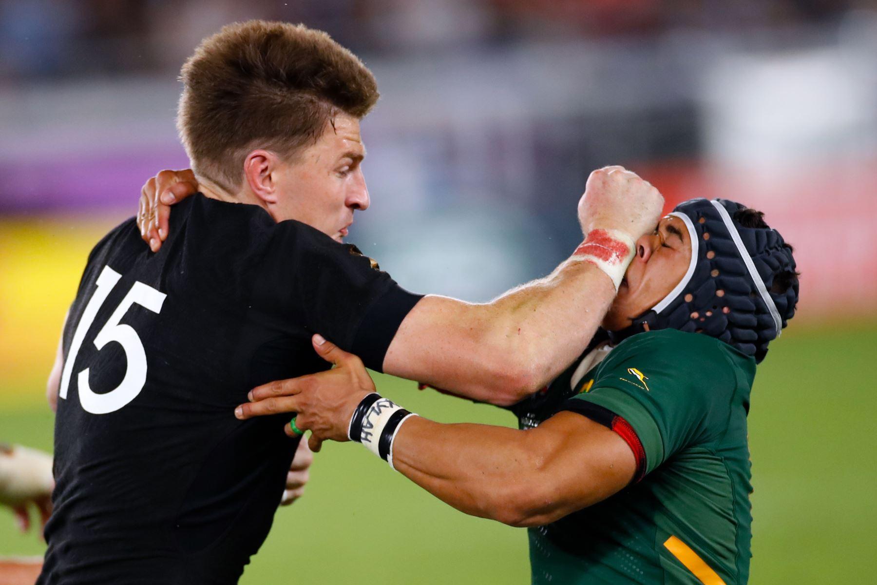 El lateral completo de Nueva Zelanda, Beauden Barrett (L), intenta superar al ala de Sudáfrica Cheslin Kolbe durante el partido del Grupo B de la Copa Mundial de Rugby de Japón 2019. Foto: AFP