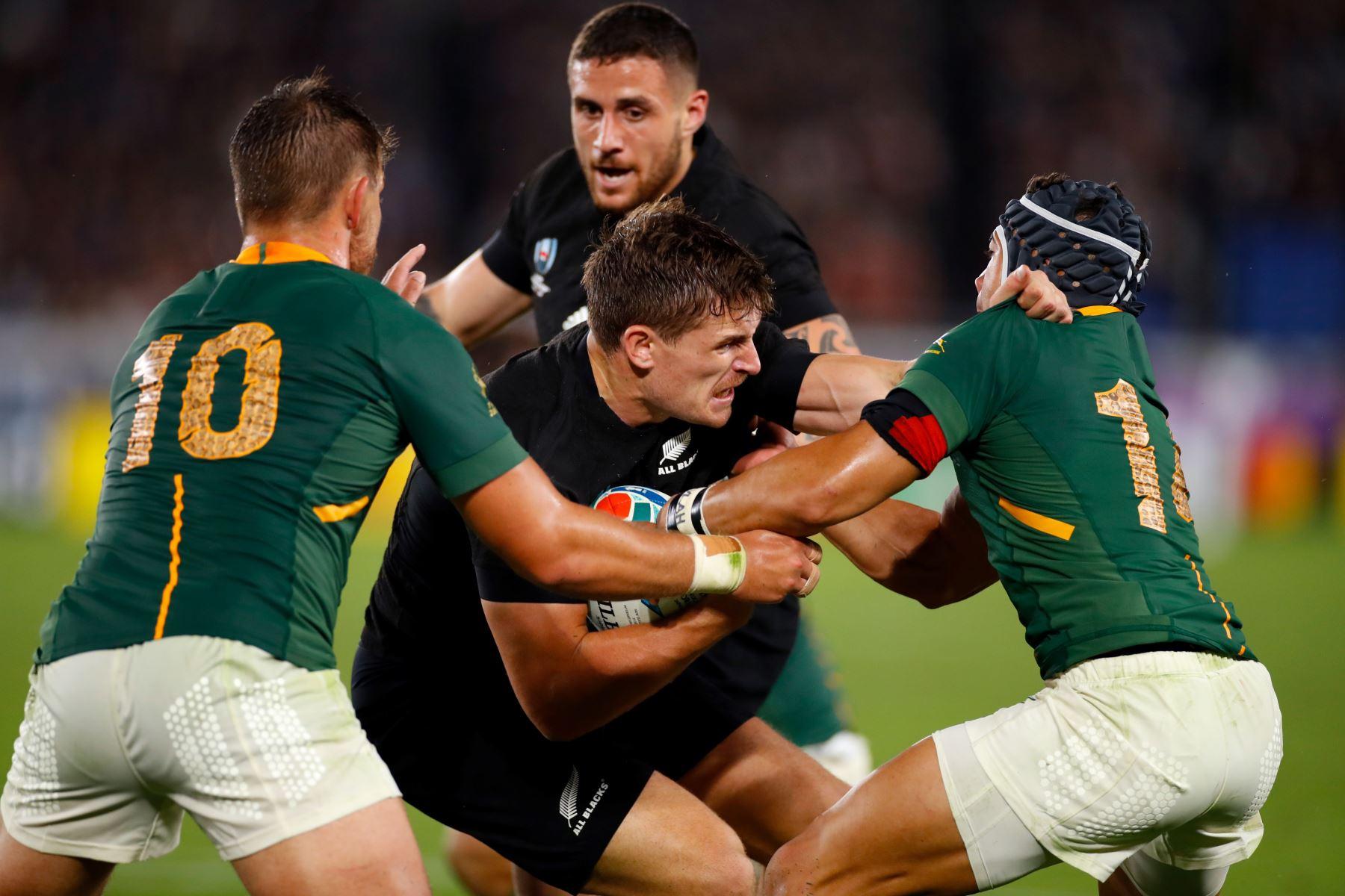 El ala de Nueva Zelanda, George Bridge (C), es abordado por la mitad de la mosca de Sudáfrica Handre Pollard (L) y el ala Cheslin Kolbe, mientras el compañero de equipo scrum-half TJ Perenara (atrás) observa durante el partido del Grupo B de la Copa Mundial de Rugby de Japón 2019. Foto:AFP