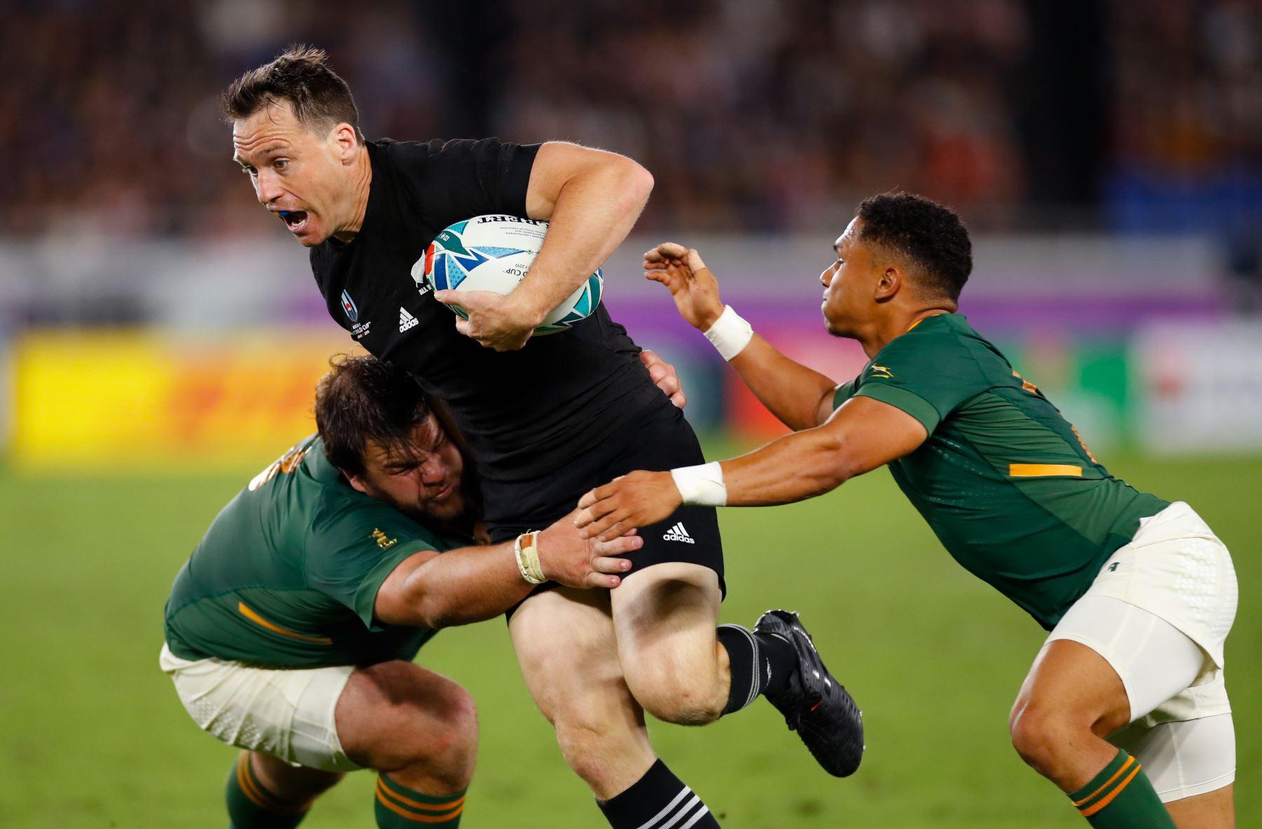 El ala de Nueva Zelanda, George Bridge (centro R), se aborda durante el partido del Grupo B de la Copa Mundial de Rugby de Japón 2019 entre Nueva Zelanda y Sudáfrica en el Estadio Internacional de Yokohama. Foto: AFP
