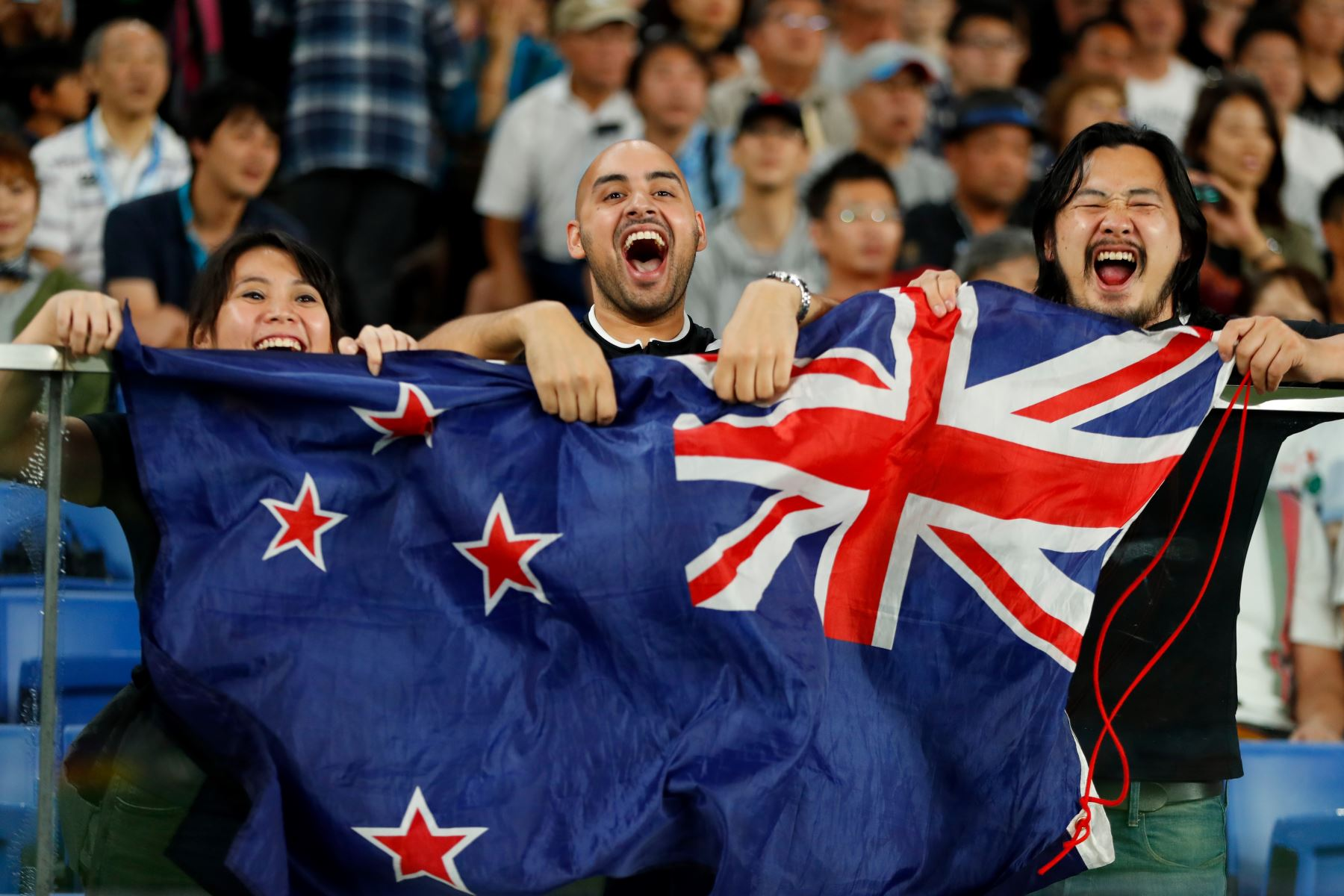 Los fanáticos de Nueva Zelanda animan al equipo durante el partido de la Copa Mundial de Rugby de Japón 2019 Grupo B entre Nueva Zelanda y Sudáfrica en el Estadio Internacional de Yokohama. Foto:AFP