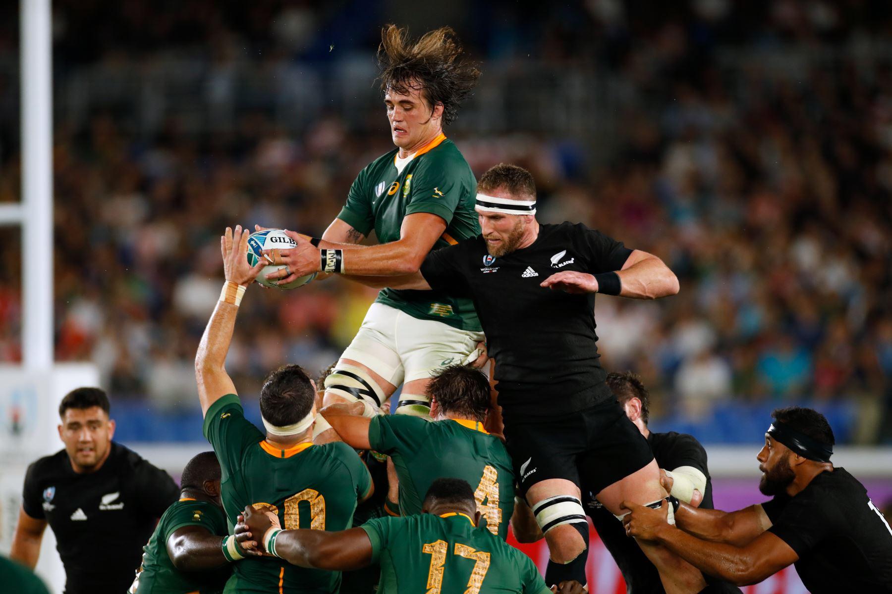 El candado de Sudáfrica Franco Mostert (L) atrapa el balón en un lineout junto al número 8 de Nueva Zelanda Kieran Read durante el partido del Grupo B de la Copa Mundial de Rugby de Japón 2019. Foto: AFP