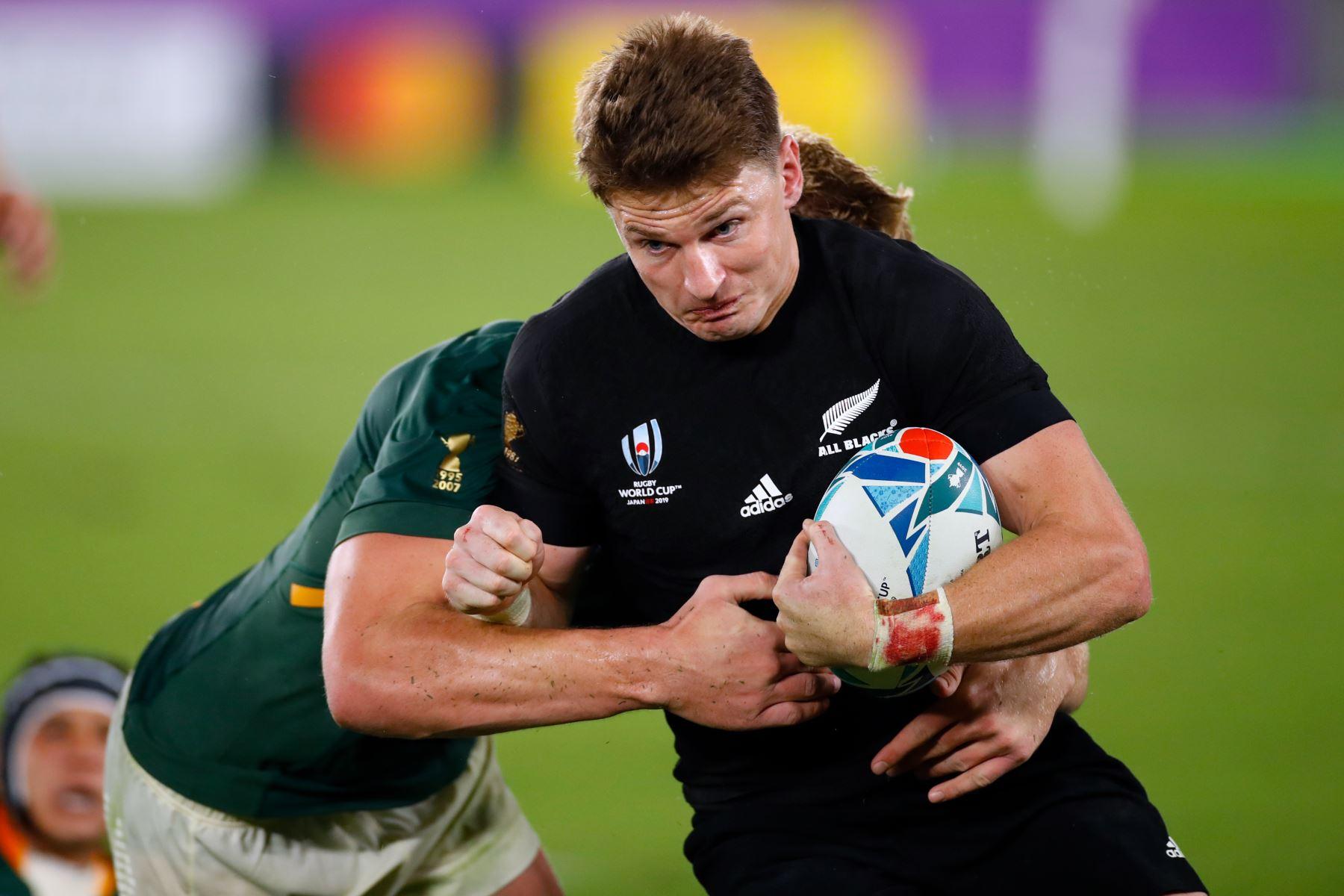 El lateral completo de Nueva Zelanda, Beauden Barrett (R), corre con el balón durante el partido del Grupo B de la Copa Mundial de Rugby de Japón 2019 entre Nueva Zelanda y Sudáfrica. Foto: AFP