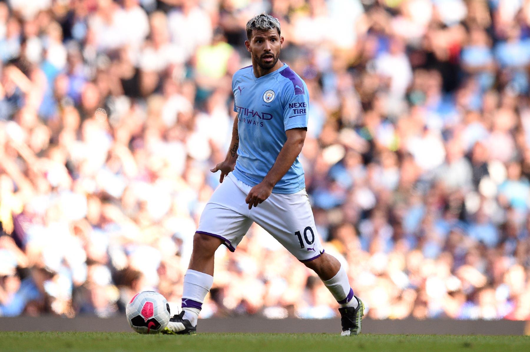 El delantero argentino del Manchester City, Sergio Agüero, controla el balón durante el partido de fútbol de la Premier League inglesa entre Manchester City y Watford. Foto:AFP