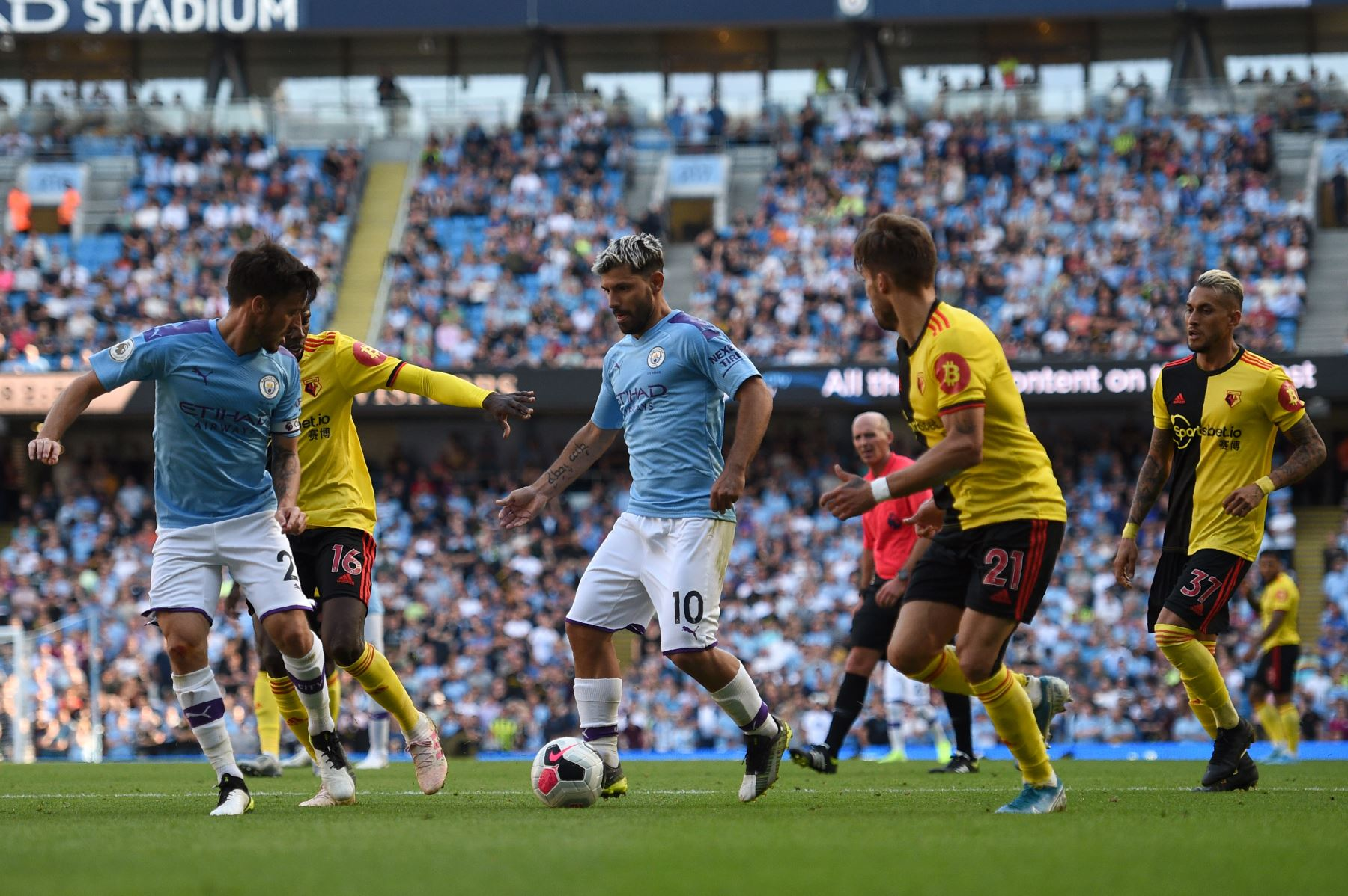 El delantero argentino del Manchester City Sergio Agüero (C) controla el balón durante el partido de fútbol de la Premier League inglesa entre Manchester City y Watford. Foto:AFP