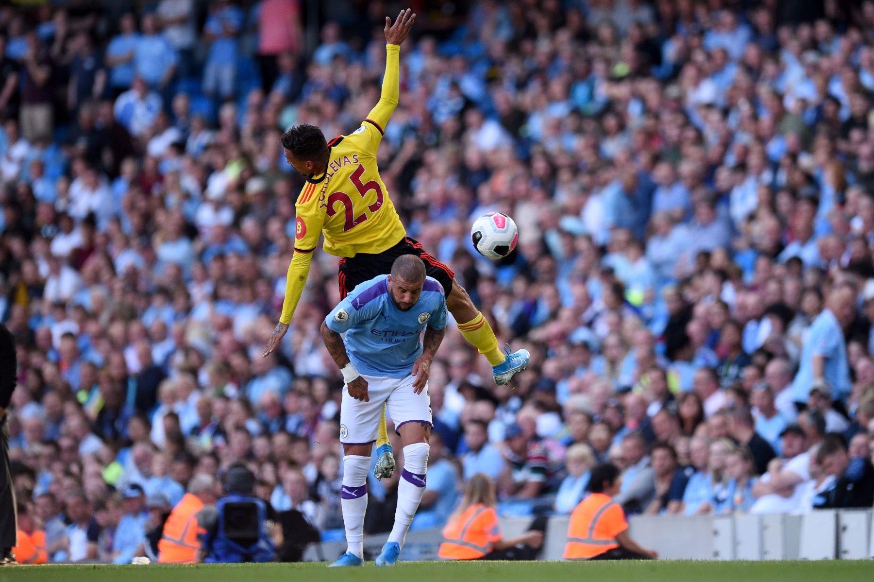 El centrocampista griego de origen alemán Watford, José Holebas (superior) compite con el defensor español del Manchester City Angelino durante el partido de fútbol de la Premier League inglesa entre Manchester City y Watford. Foto: AFP