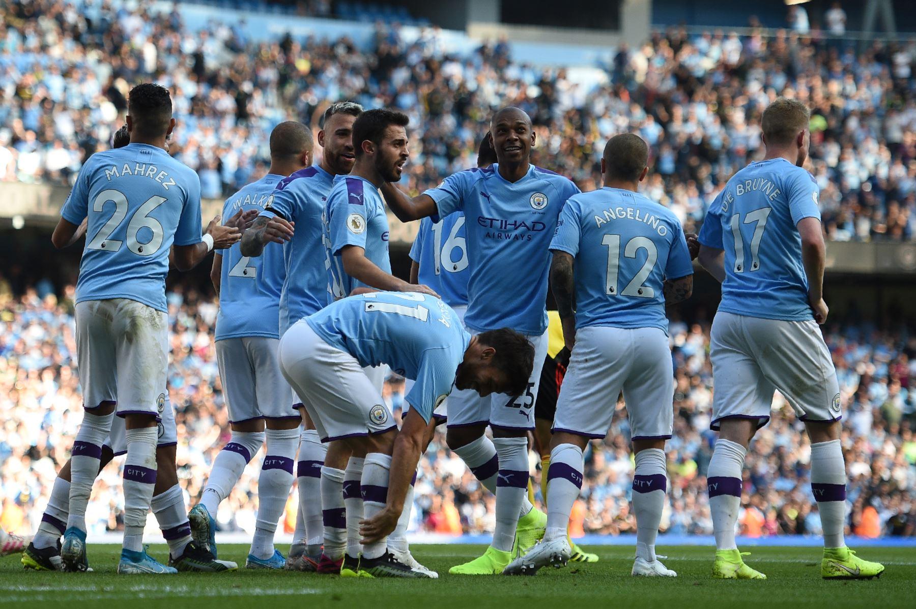 El centrocampista portugués del Manchester City Bernardo Silva celebra con sus compañeros de equipo después de marcar el sexto gol. Foto: AFP