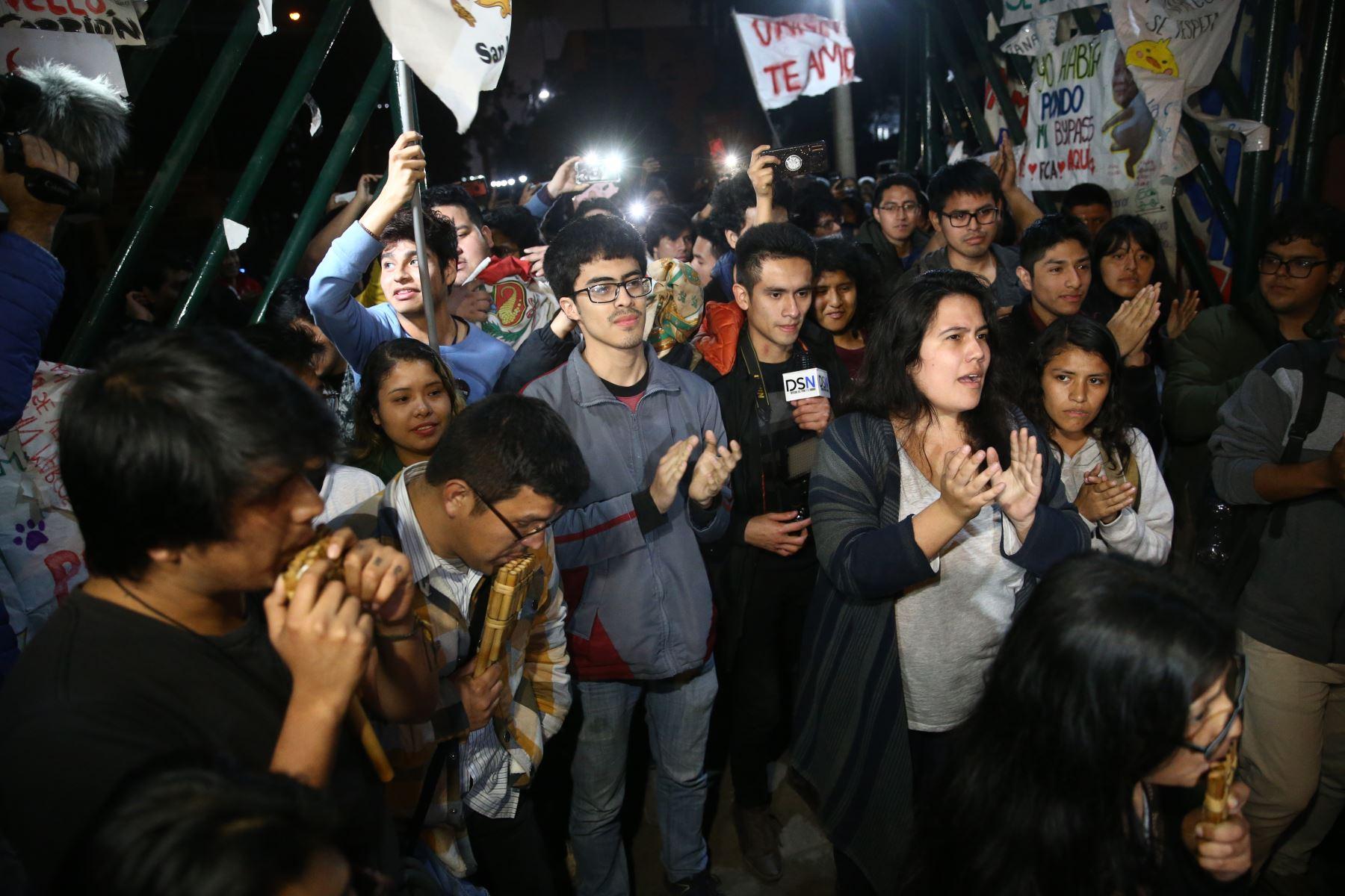 Los estudiantes de la Universidad Nacional Mayor de San Marcos (UNMSM), que tomaron el campus desde el 17 de setiembre en protesta por el proyecto vial de la avenida Venezuela, levantan su medida de fuerza y reabren las puertas de la Decana de América. Foto: ANDINA/Vidal Tarqui