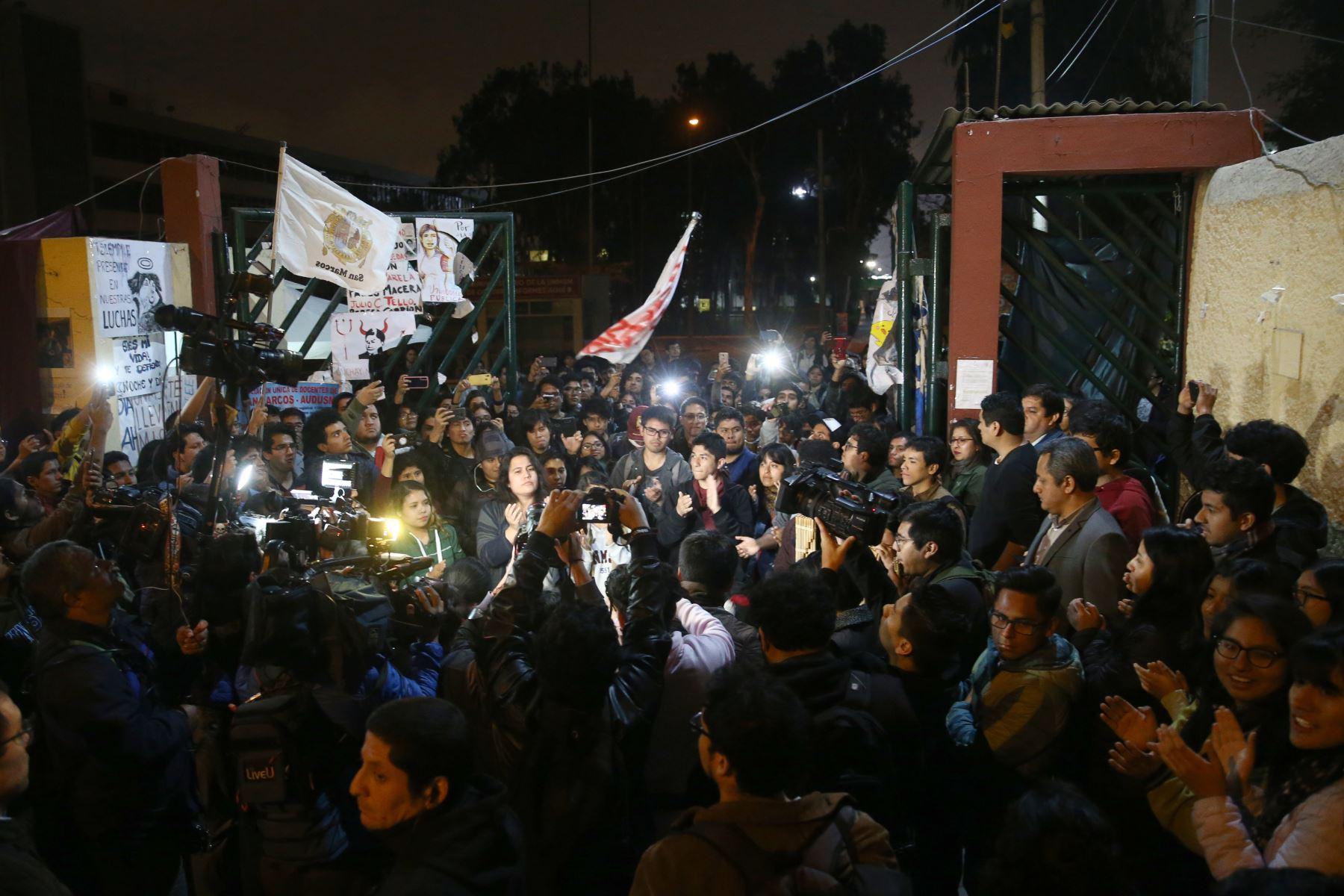 Universidad Nacional Mayor de San Marcos (UNMSM), que tomaron el campus desde el 17 de setiembre en protesta por el proyecto vial de la avenida Venezuela, levantan su medida de fuerza y reabren las puertas de la Decana de América. Foto: ANDINA/Vidal Tarqui