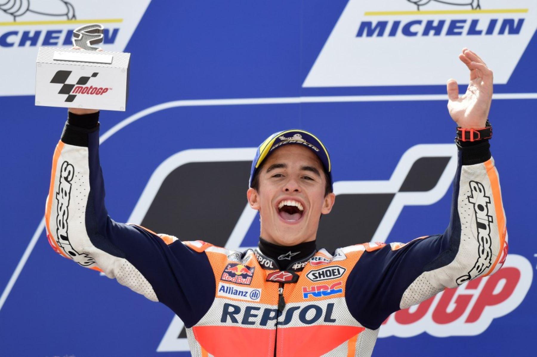 Marc Marquez celebra con su escudería Repsol Honda