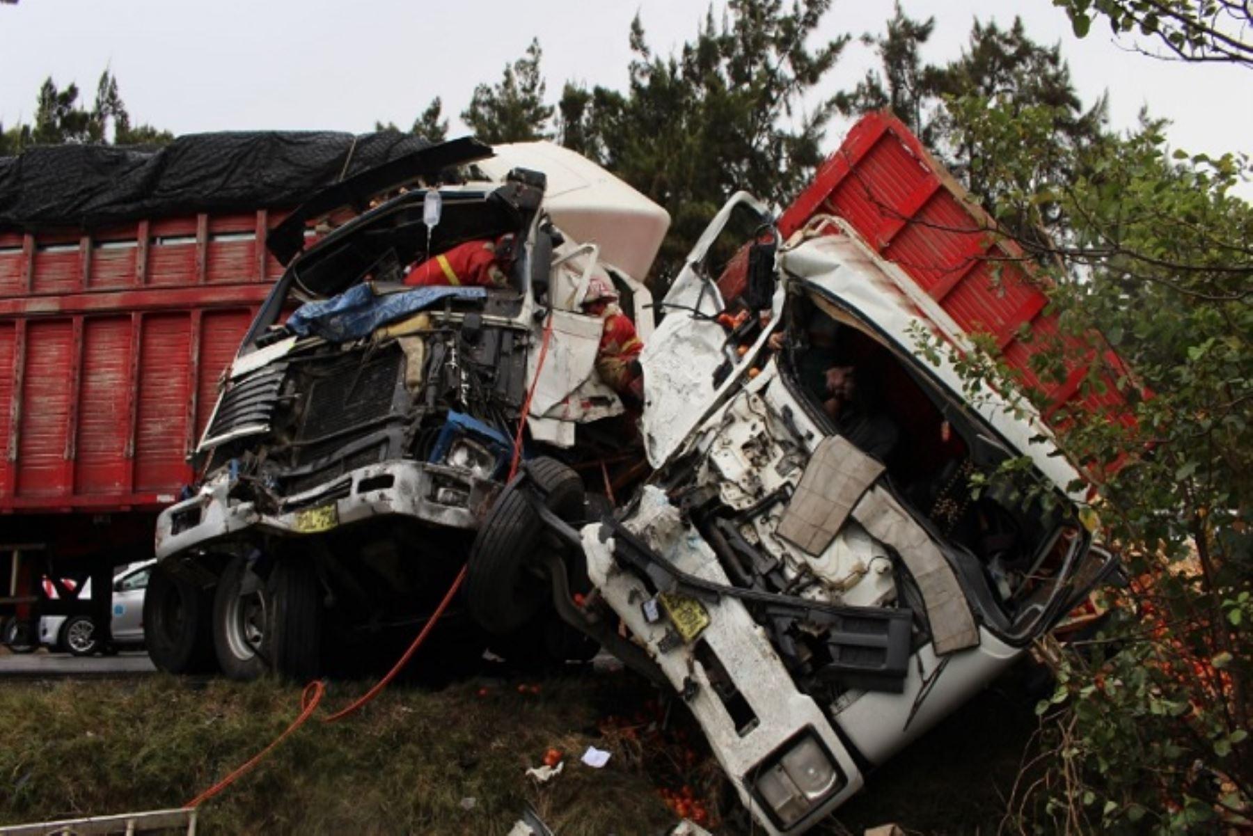 Una persona murió y otras dos resultaron heridas en el  accidente automovilístico que se produjo en el kilómetro 293 de la carretera Panamericana Norte, a la altura de Huarmey, en la región Áncash.