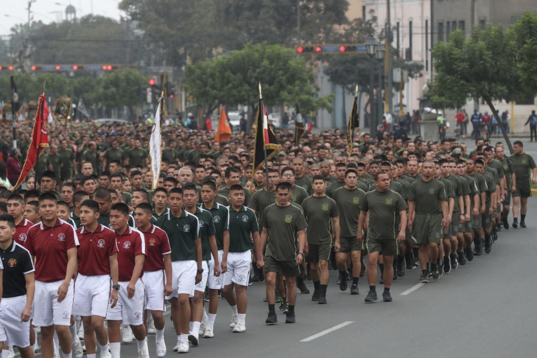 Presidente Martin Vizcarra   y ministro de Defensa inician caminata previa a la Carrera Cívico Militar por el Paseo Colón, Plaza Grau y Paseo de los Héroes Navales. Foto: ANDINA/Mindef