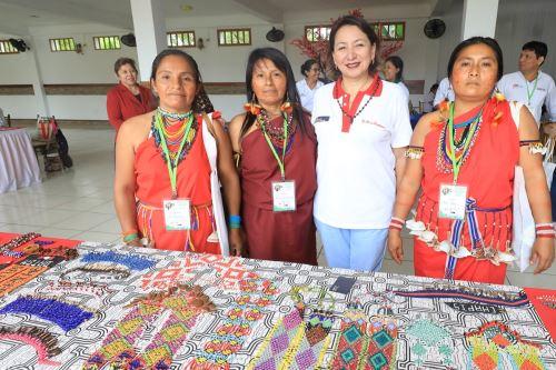 Ministra de la Producción, Rocío Barrios, con emprendedoras amazónicas. Foto. Cortesía.