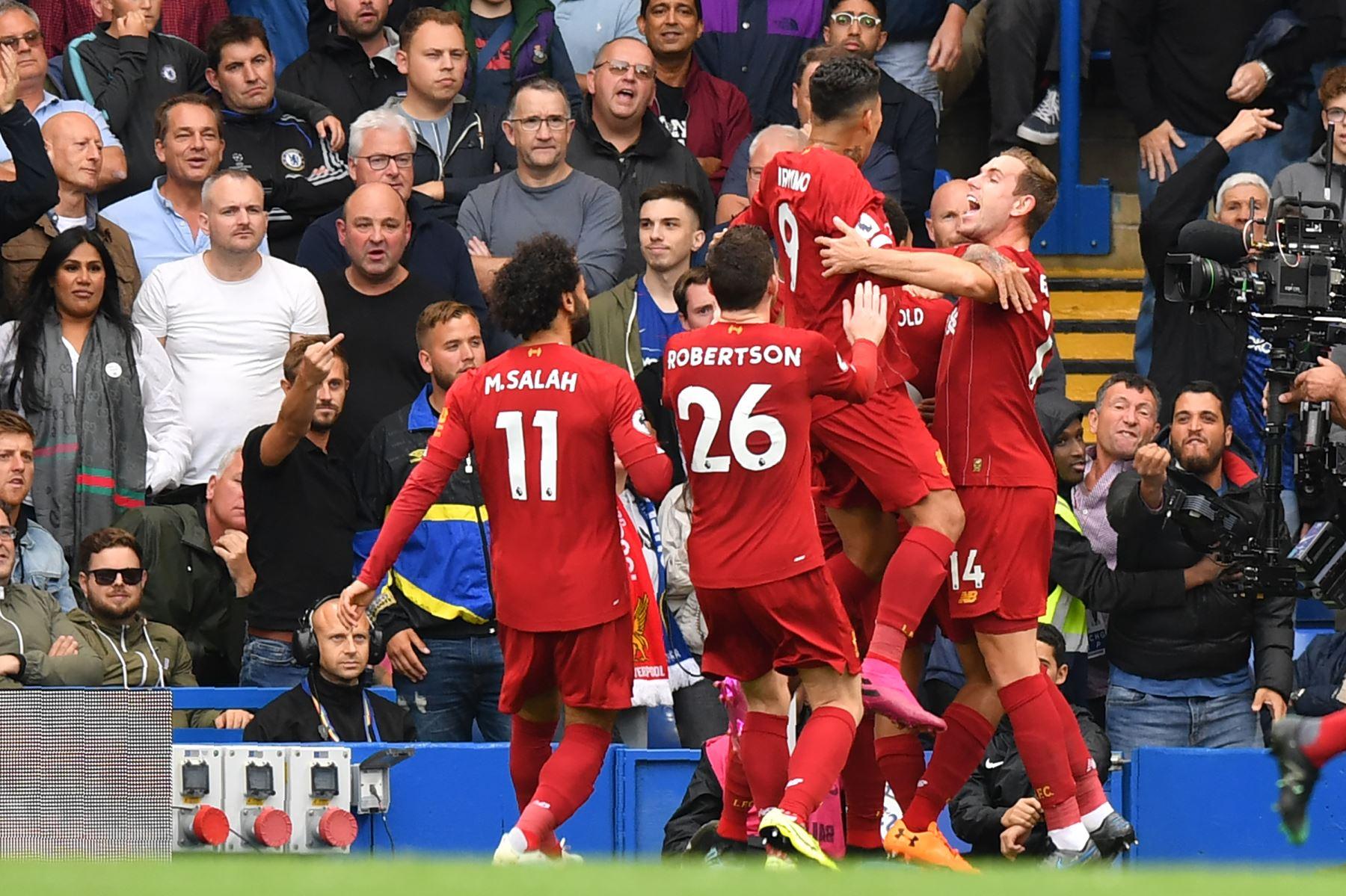 Los jugadores del Liverpool celebran su primer gol durante el partido de fútbol de la Premier League inglesa entre el Chelsea y el Liverpool. Foto: AFP