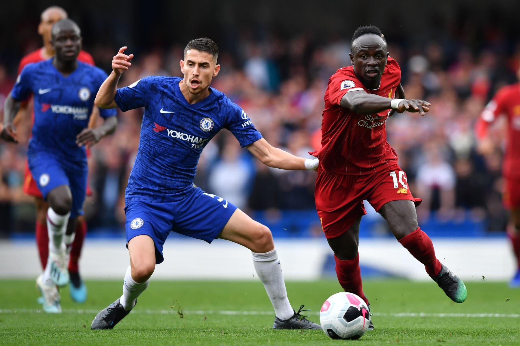 El delantero senegalés del Liverpool Sadio Mane (R) compite con el mediocampista italiano del Chelsea Jorginho (L) durante el partido de fútbol de la Premier League inglesa entre Chelsea y Liverpool. Foto: AFP
