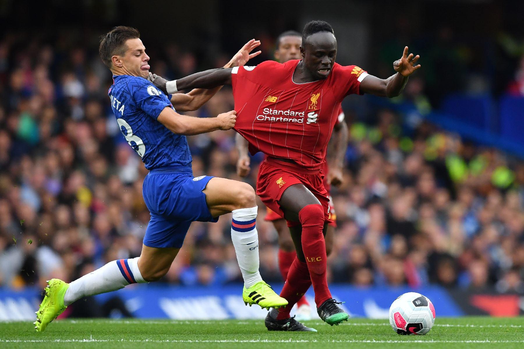 El defensor español del Chelsea César Azpilicueta (L) compite con el delantero senegalés del Liverpool Sadio Mane (R) durante el partido de fútbol de la Premier League inglesa entre Chelsea y Liverpool. Foto:AFP