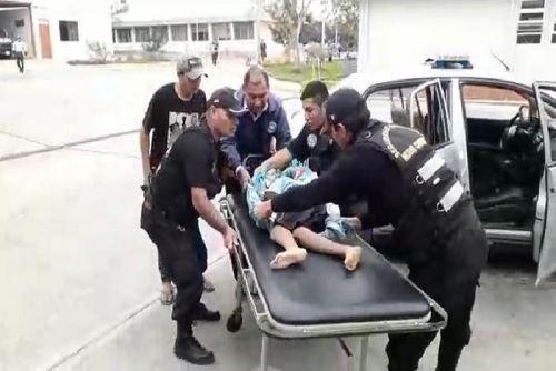 Un niño de solo 8 años de edad cayó aparatosamente del cerro El Mirador, ubicado en el asentamiento humano 14 de Febrero del distrito ancashino de Nuevo Chimbote, quedando gravemente herido, informaron las autoriades policiales.