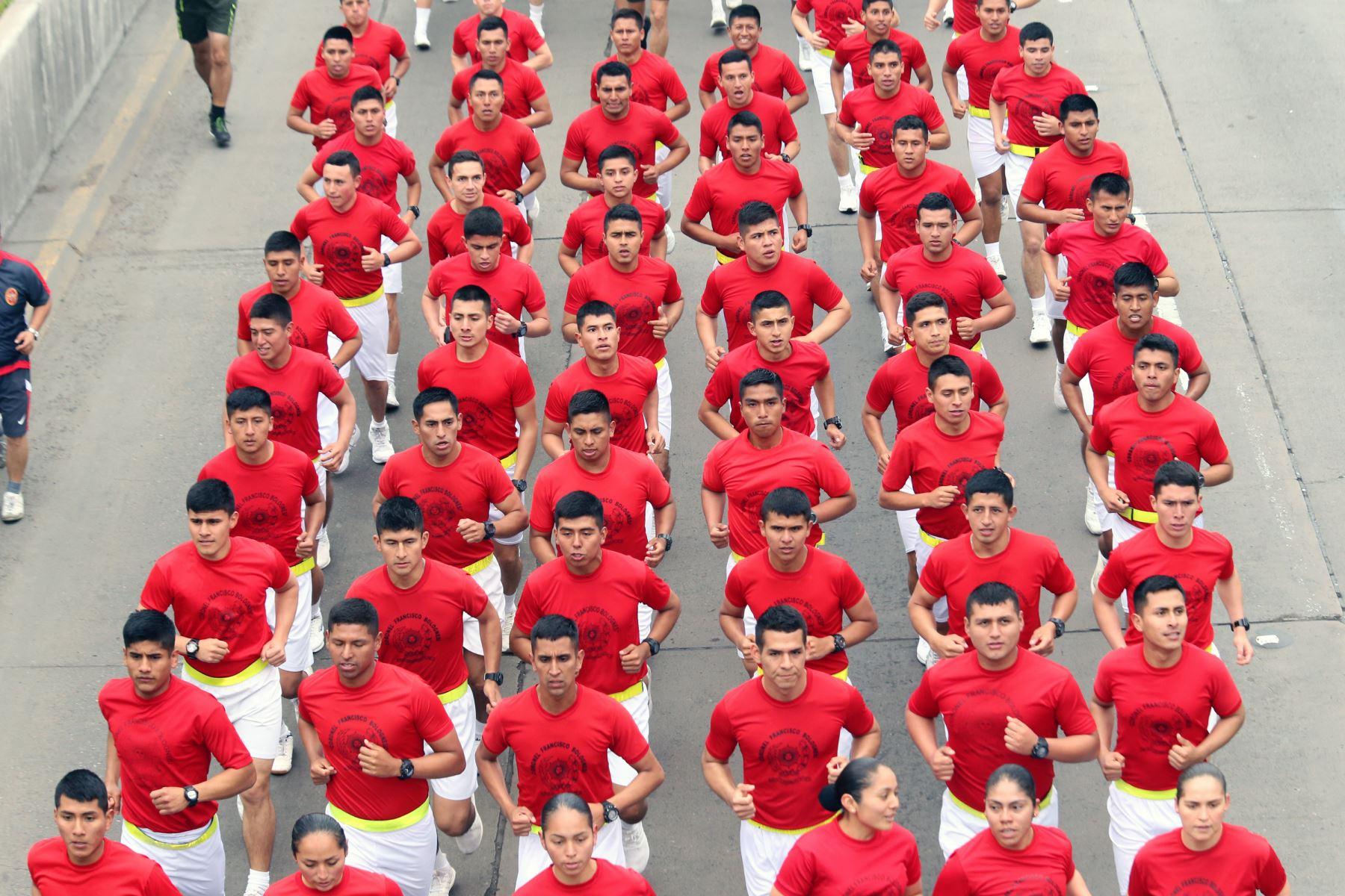 Integrantes de las Fuerzas Armadas junto al presidente Martín Vizcarra participan en la la XVII edición de la Carrera Cívico Militar 7.5K, en el marco de las actividades por el Día de las Fuerzas Armadas. Foto: ANDINA/Norman Córdova