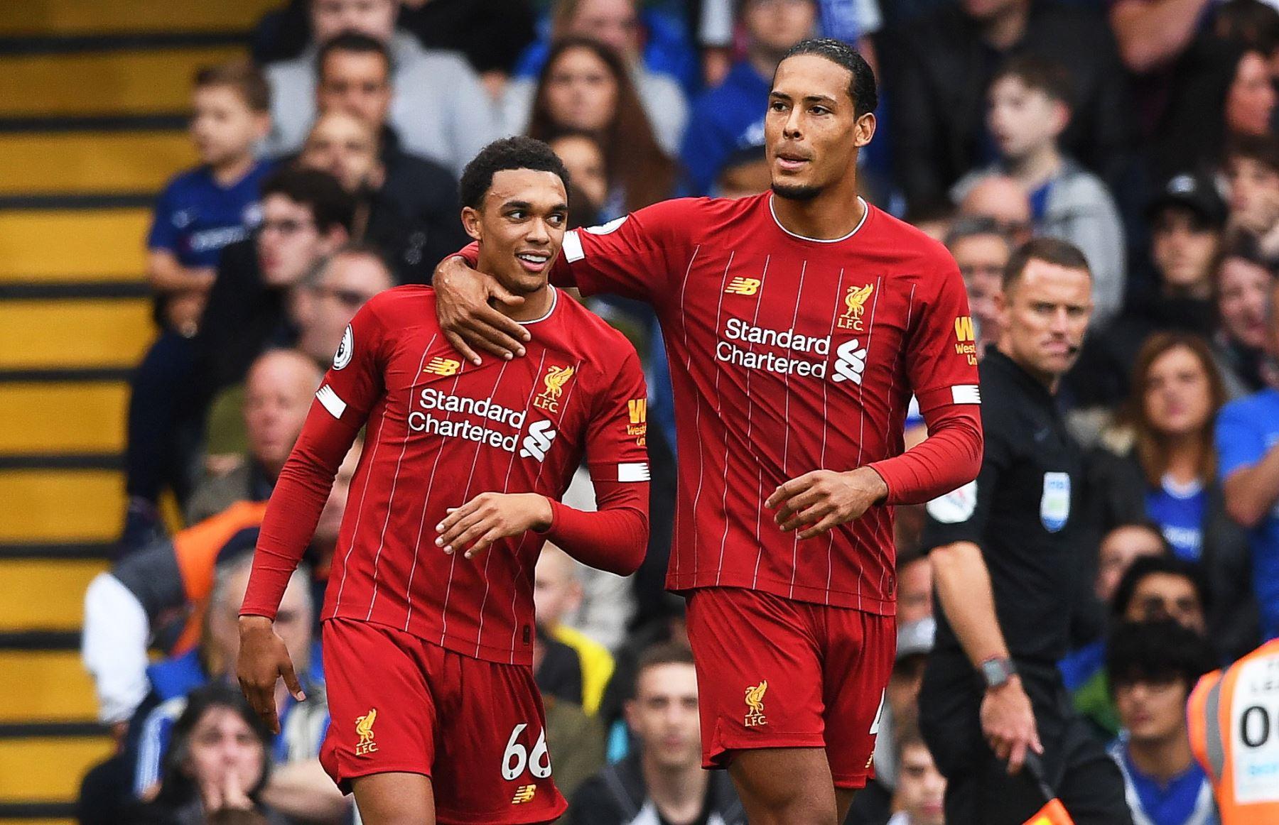 Trent Alexander-Arnold (L) del Liverpool celebra con su compañero de equipo Virgil Van Dijk (R) después de anotar la ventaja de 1-0 durante el partido de fútbol de la Premier League inglesa entre Chelsea FC y Liverpool FC. Foto: EFE